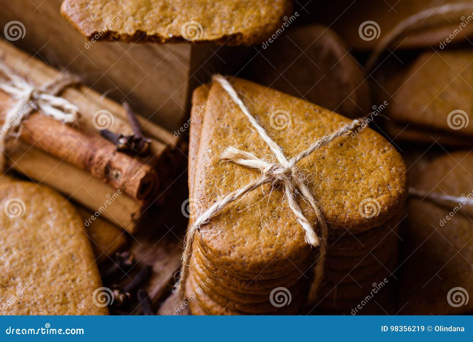 Stapel de peperkoekjes van de Kerstmispeperkoek met streng worden gebonden die Pijpjes kaneel, kruidnagels Comfortabele feestelij