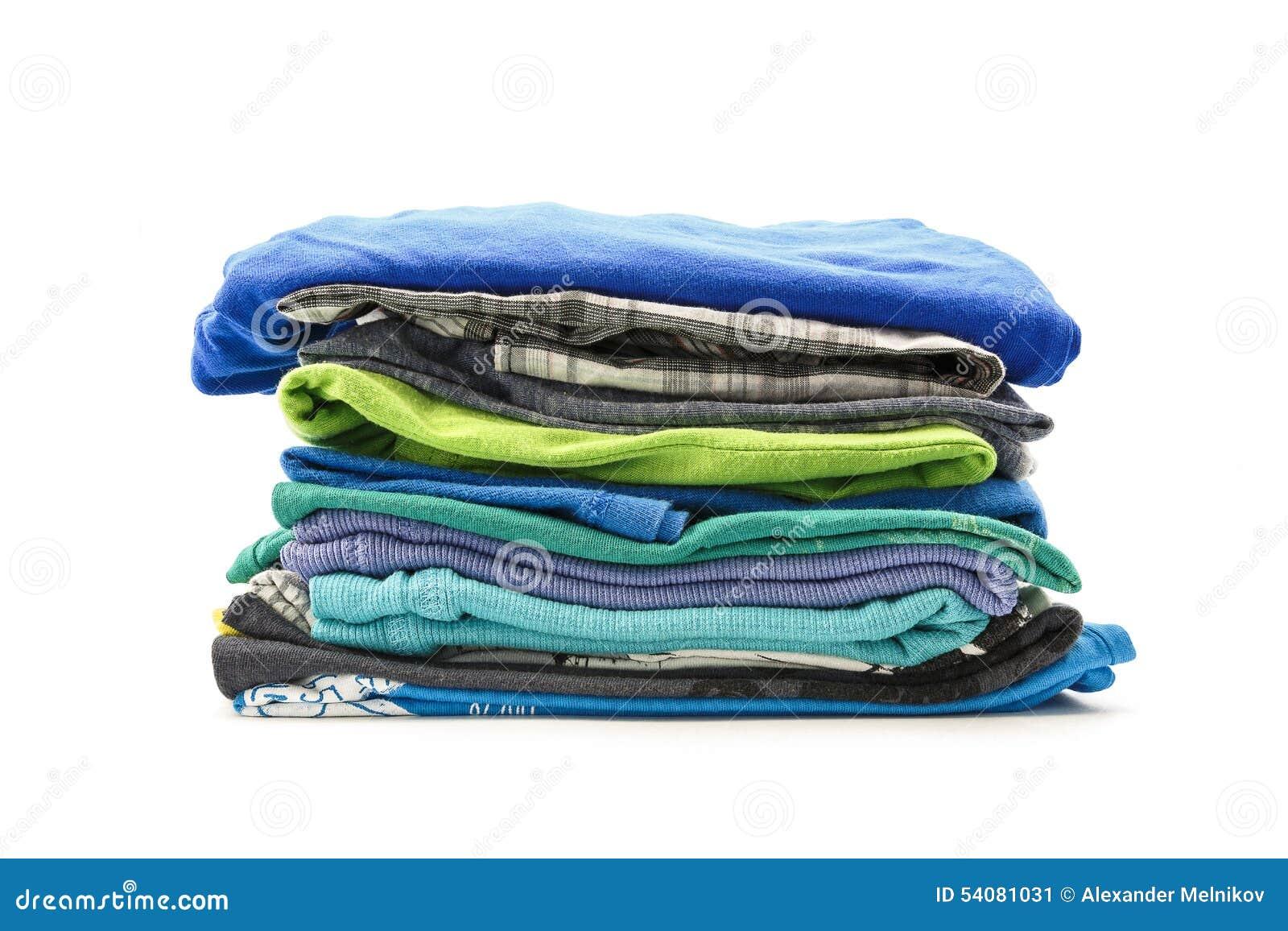 Stapel de zomert-shirts op een witte achtergrond