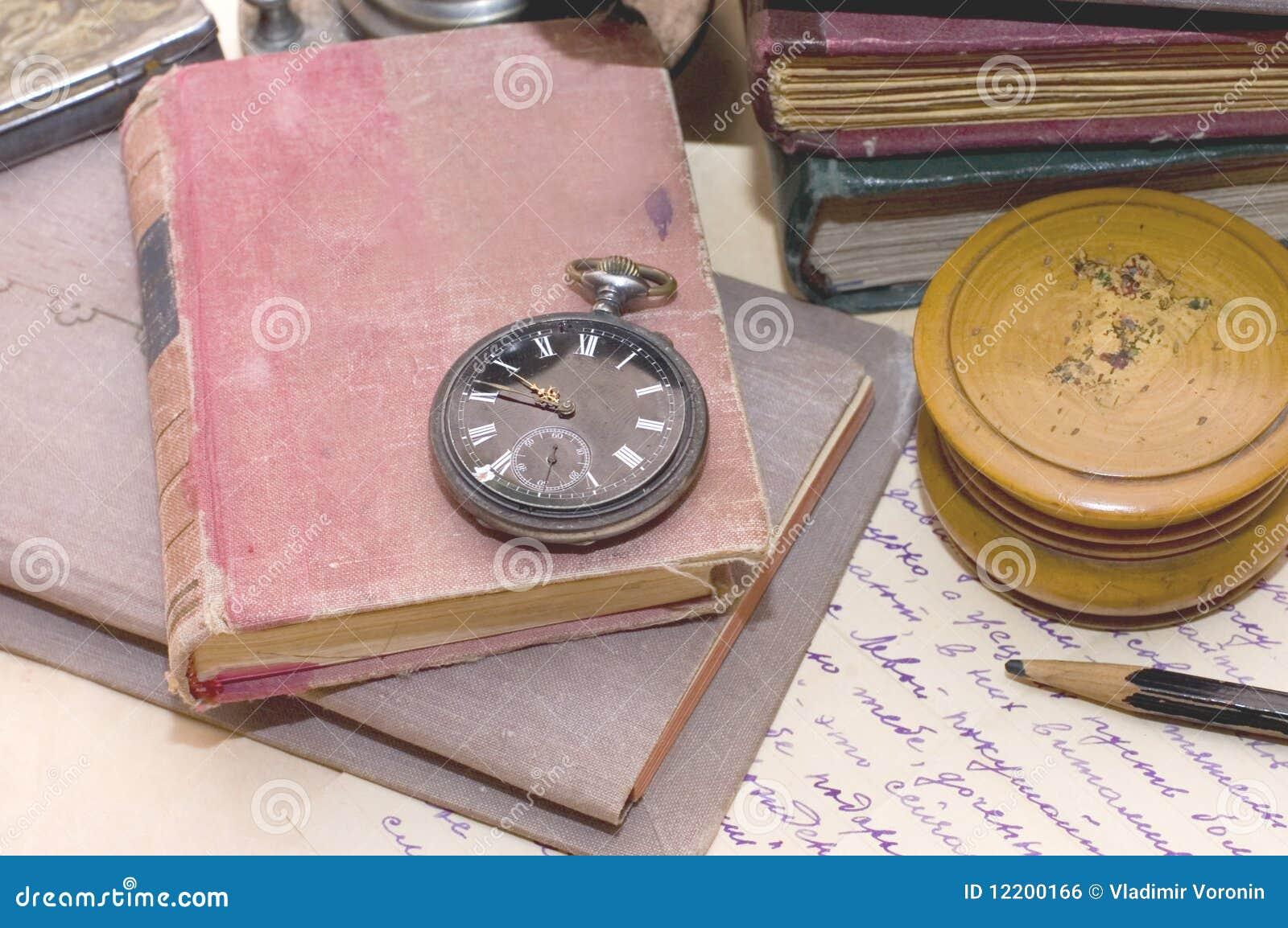 Stapel der alten Bücher und der verschiedenen Sachen