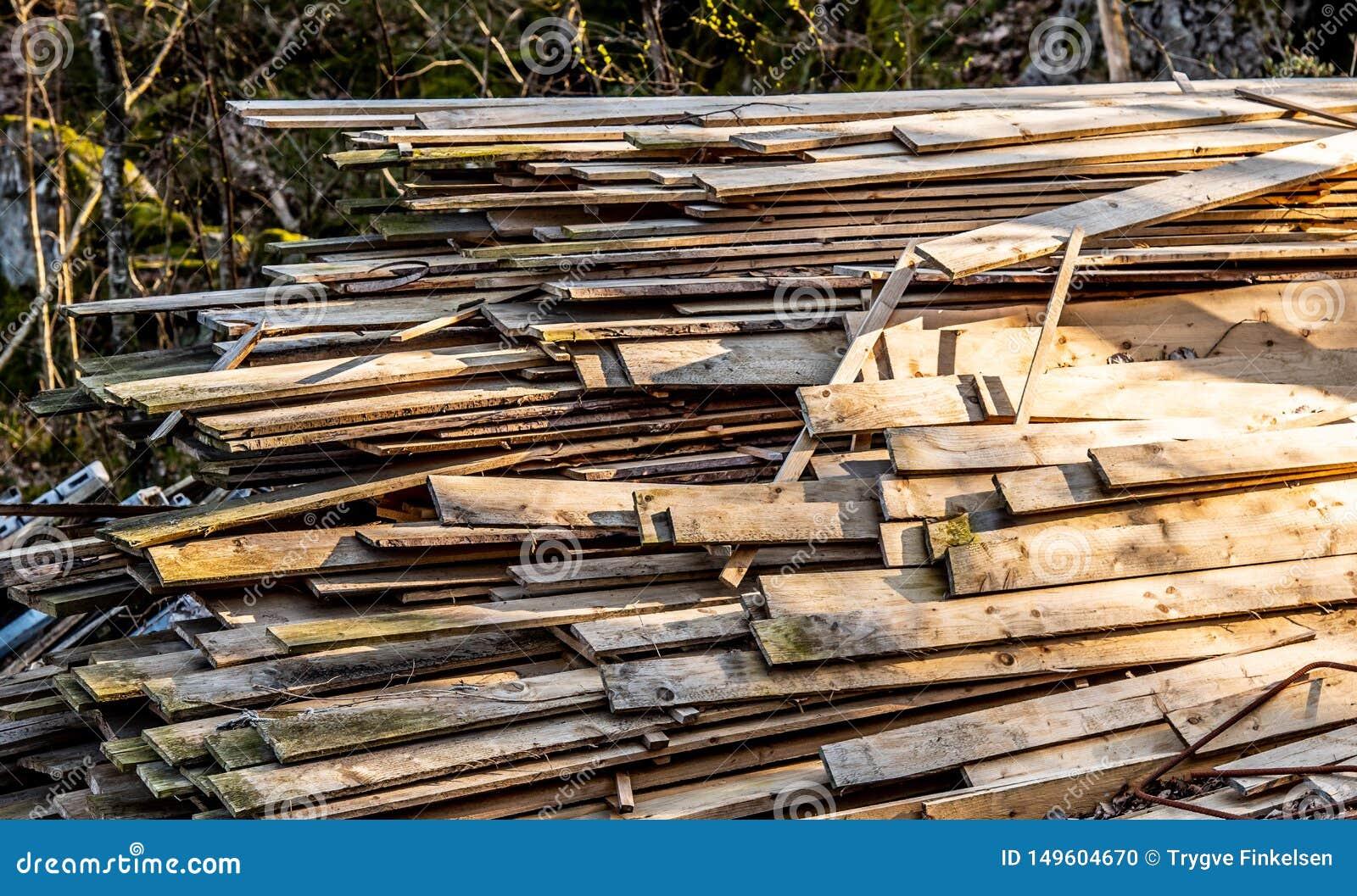 Stapel der alten hölzernen Planken
