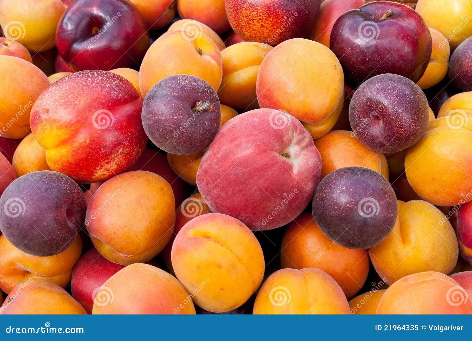 Stapel der bunten Früchte.