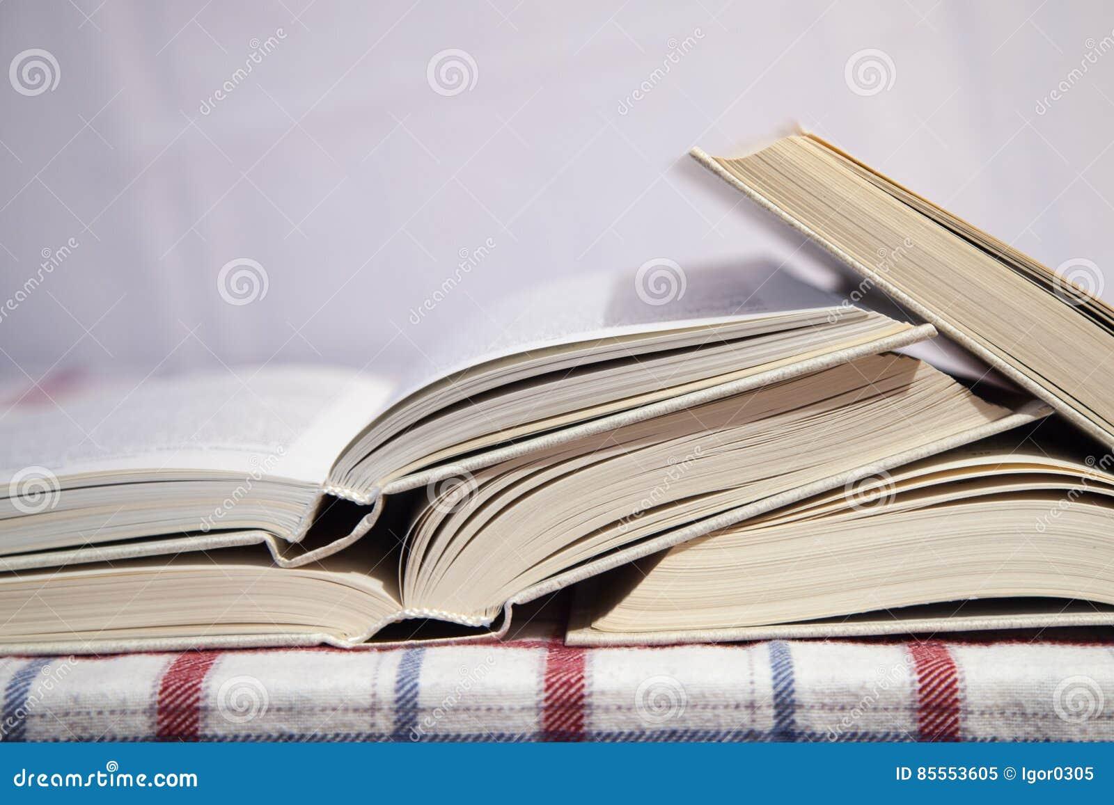 Stapel der geöffneten Bücher