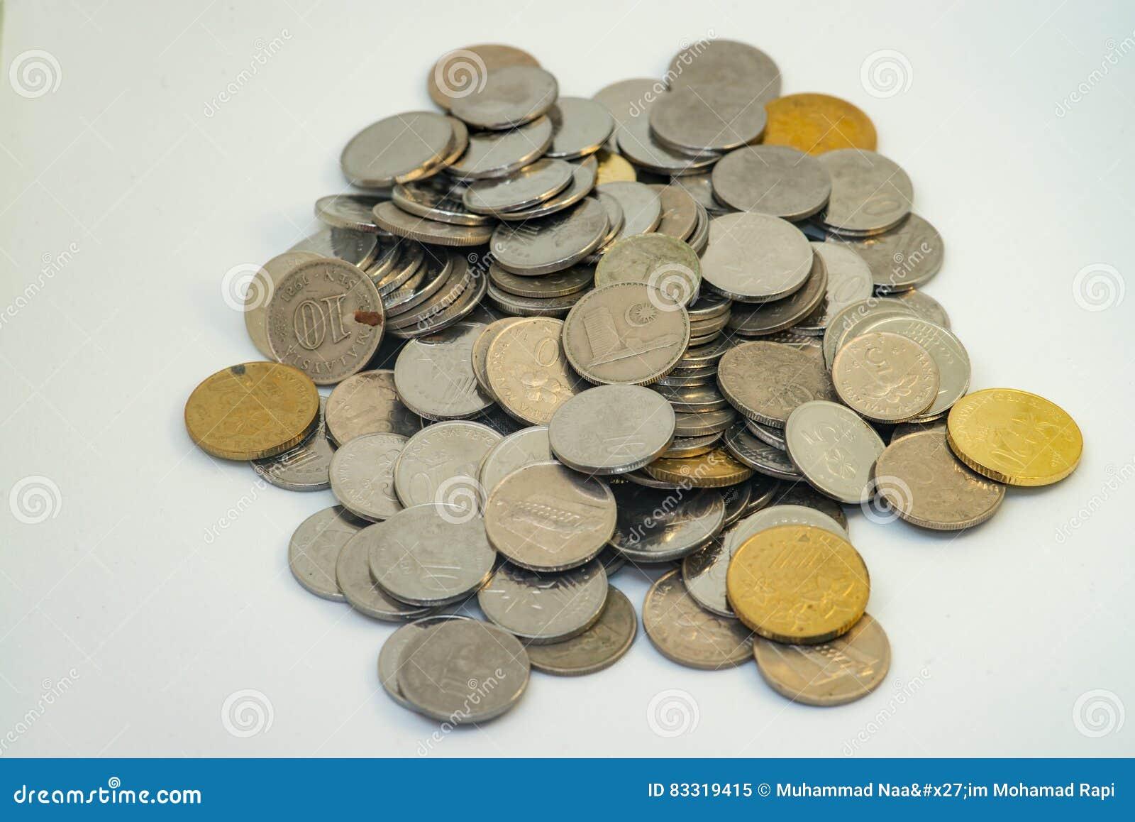 Stapel der Silber- und Goldfarbe der malaysischen Münzen