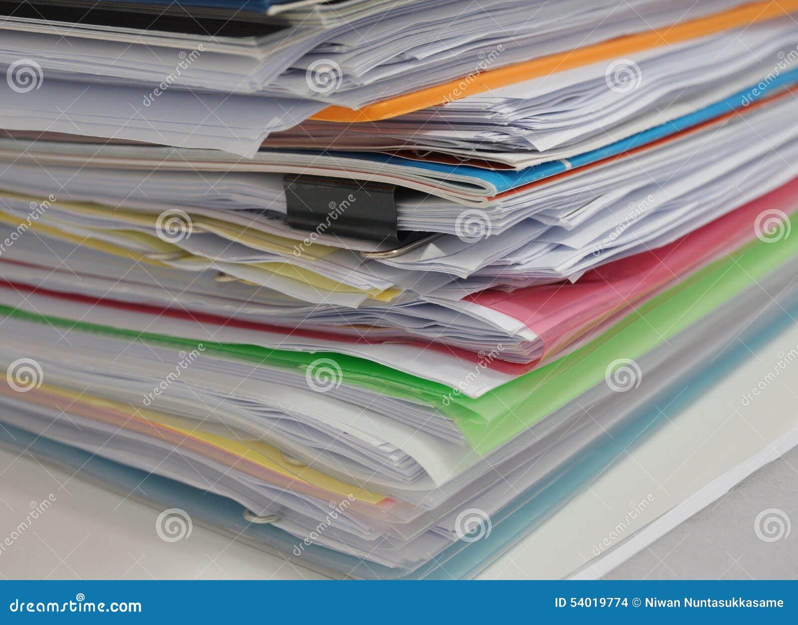 Stapel des Dokuments auf Schreibtisch
