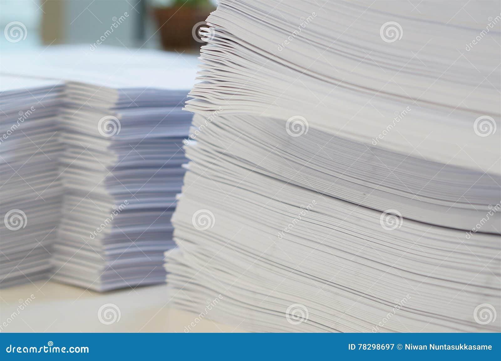 Stapel des Weißbuchblattes im Büro