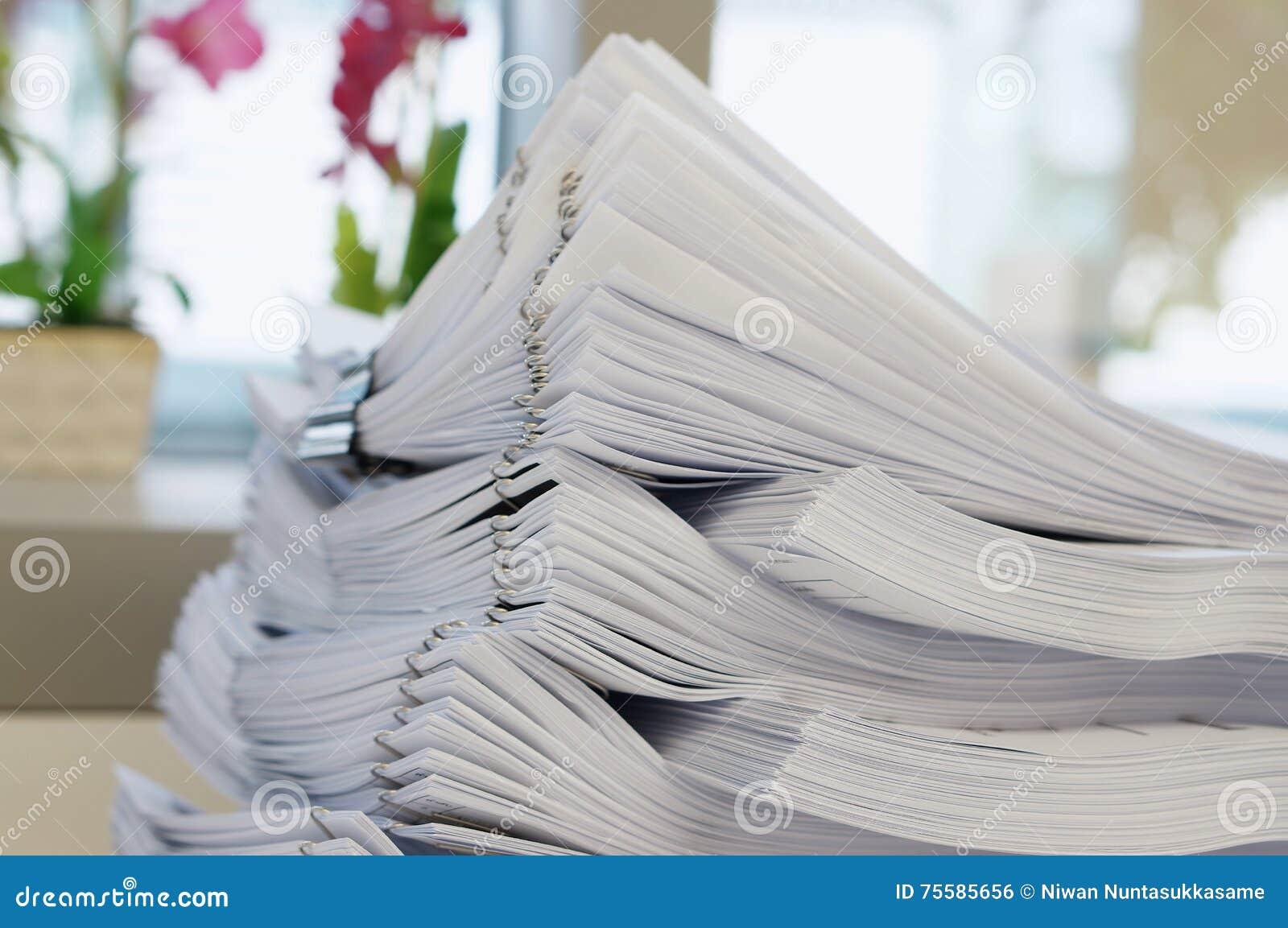 Stapel des weißen Dokuments auf Bürohintergrund