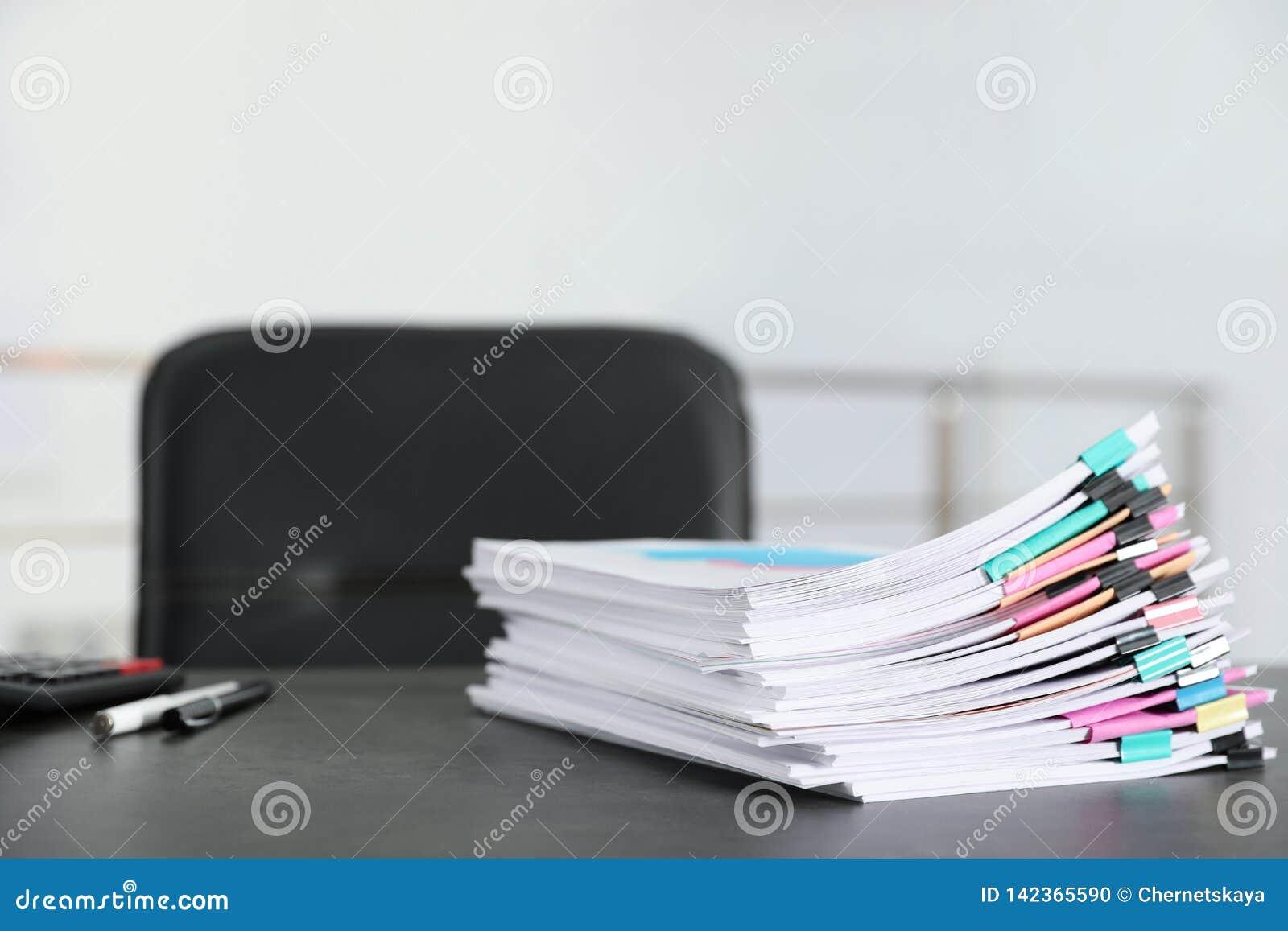 Stapel Dokumente mit Büroklammern auf Bürotisch