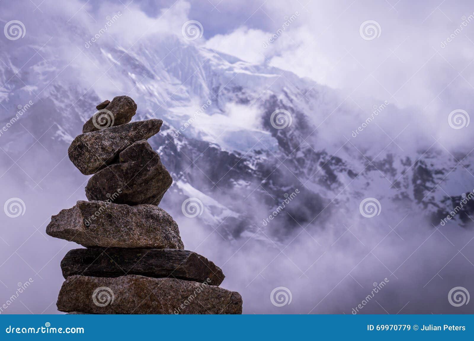 Stapel Felsen vor alpinem Hintergrund