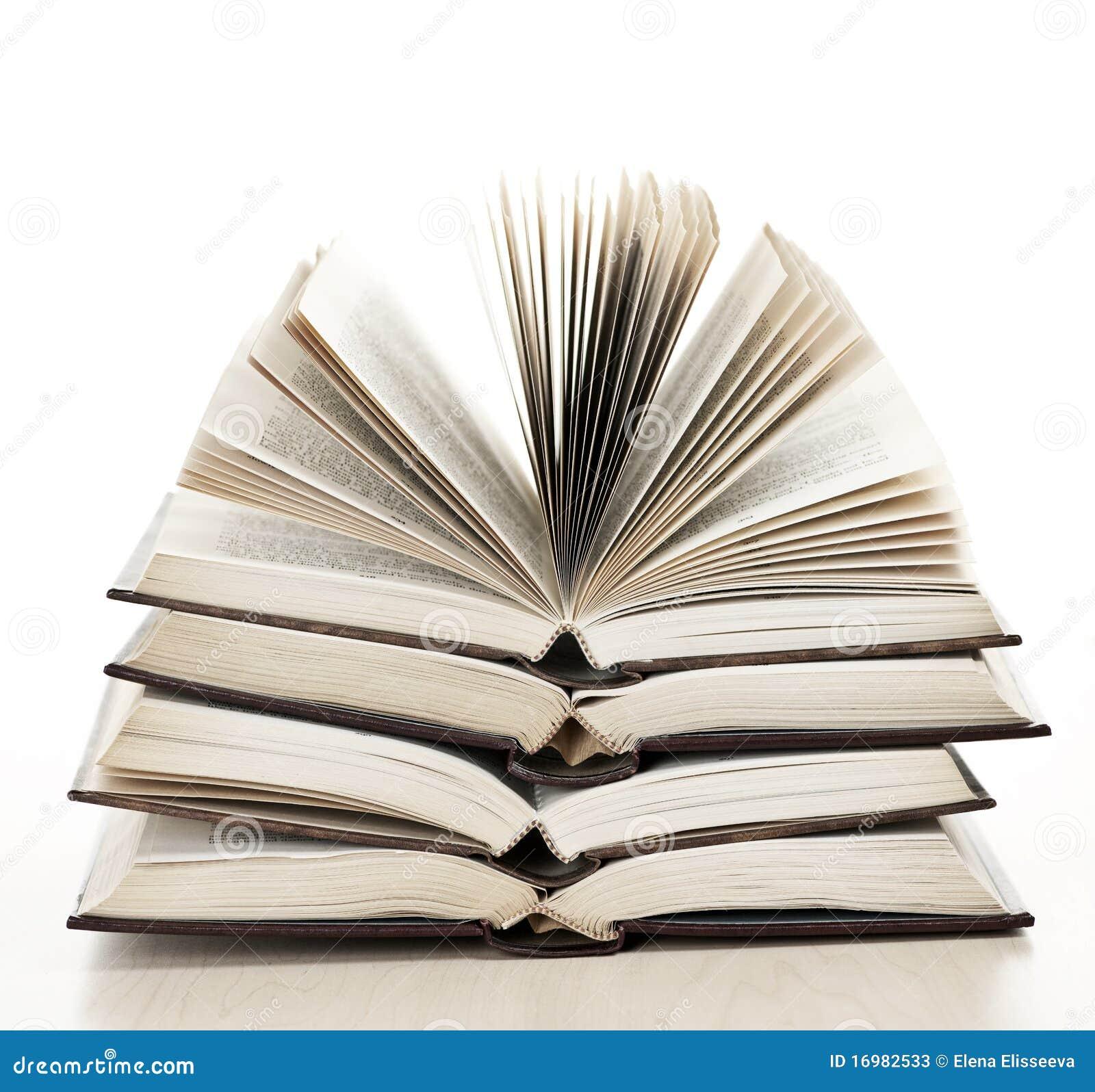 Stapel geöffnete Bücher