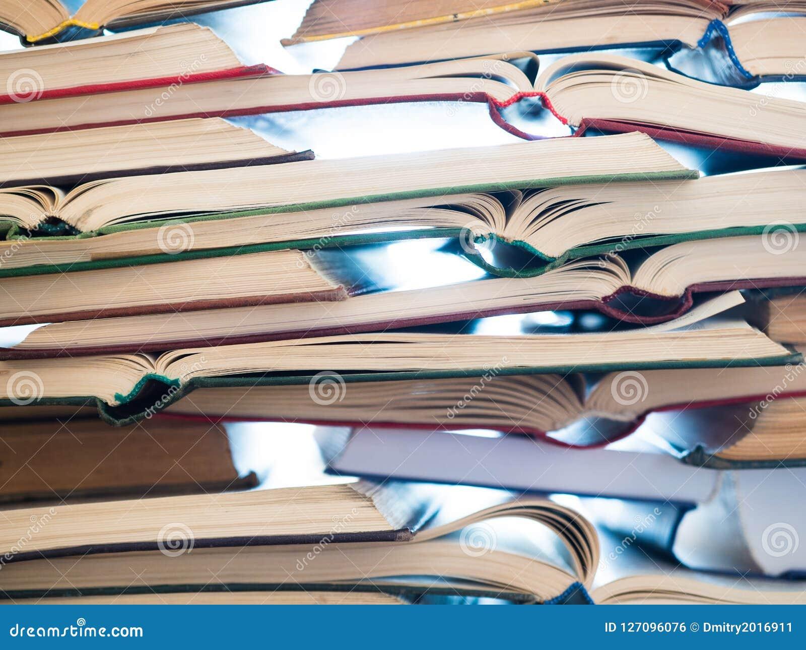 Stapel geöffnete Bücher Bibliothek, Literatur, Bildung, Informationen, lernend und lesen Konzept Lizenzfreies Stockbild