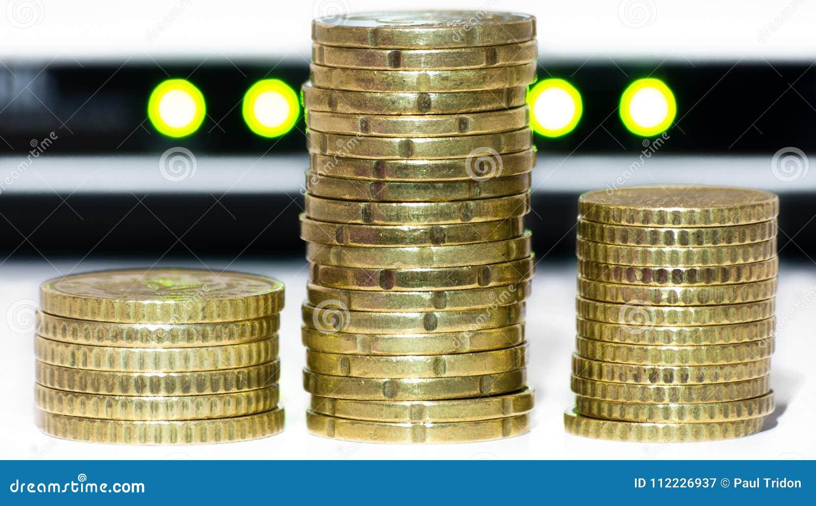 Stapel gouden muntstukken, zoals bitcoins, voor netwerklichten