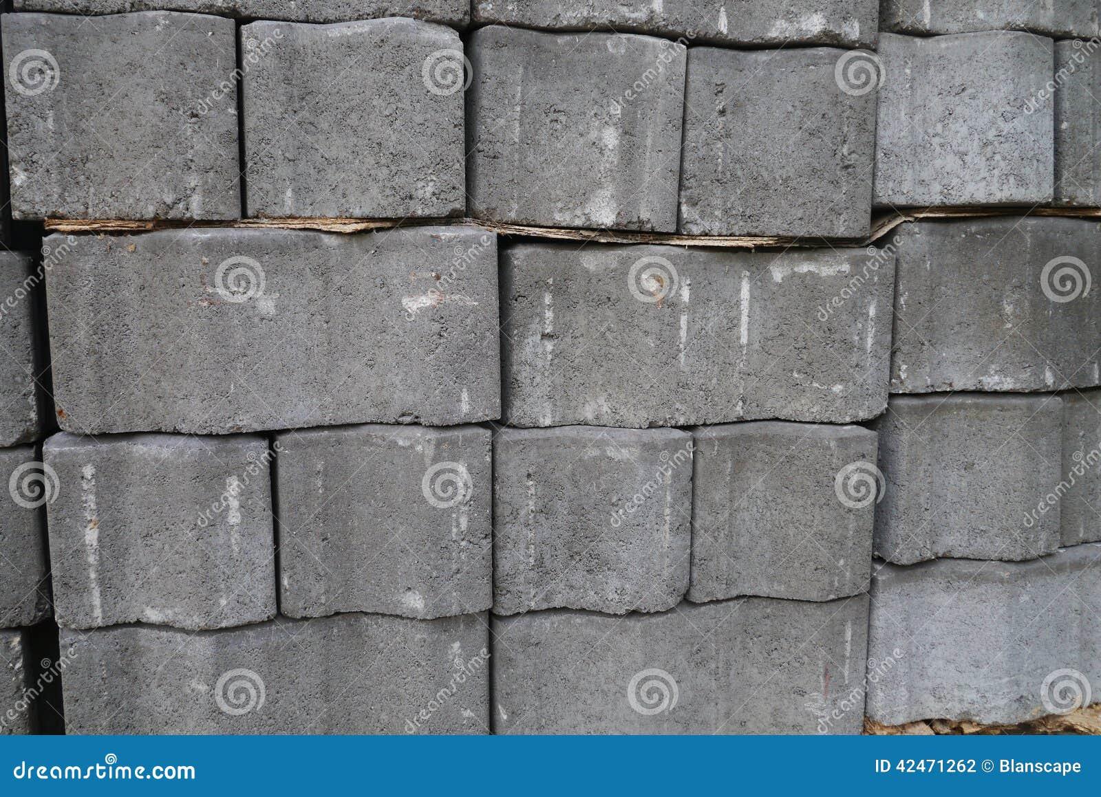 Stapel graue Pflasterungszementziegelsteine