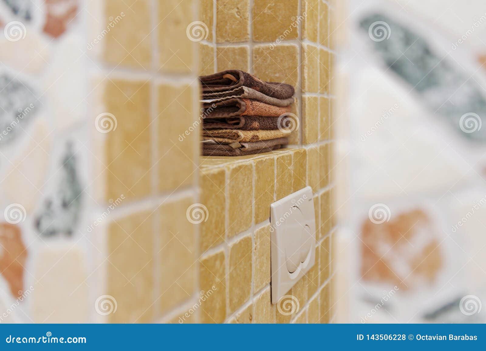 Stapel handdoeken in badkamers
