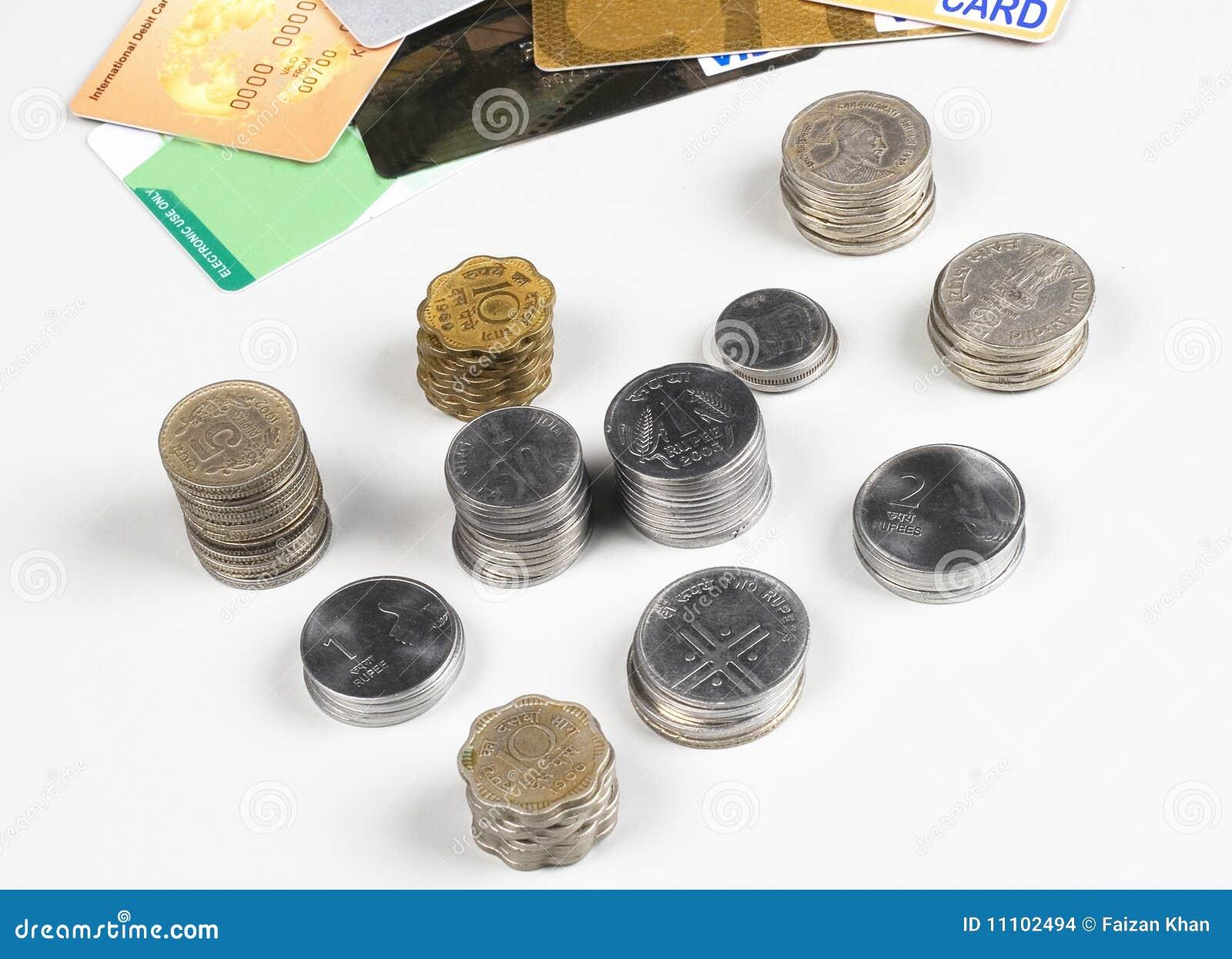Stapel Indische Münzen Mit Kreditkarten Auf Weiß Stockfoto Bild