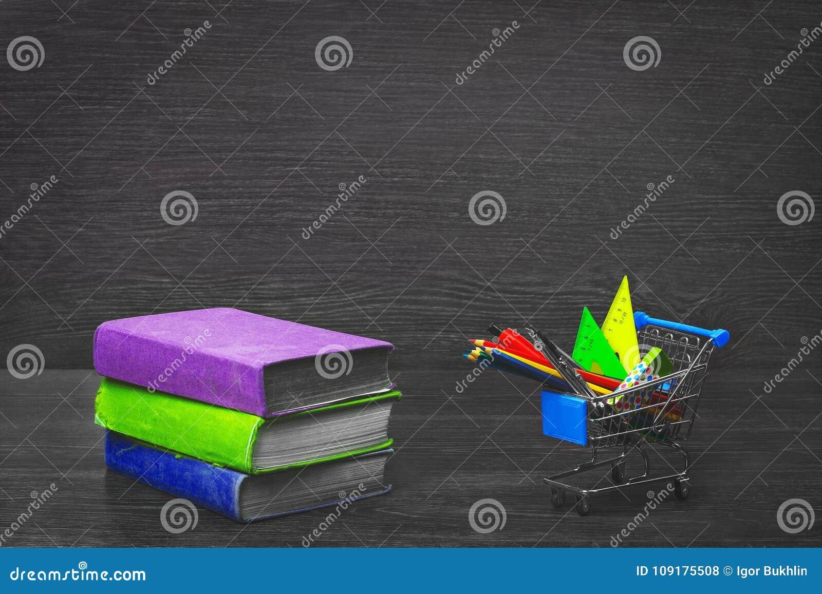 Stapel kleurrijke boeken op een houten lijst en