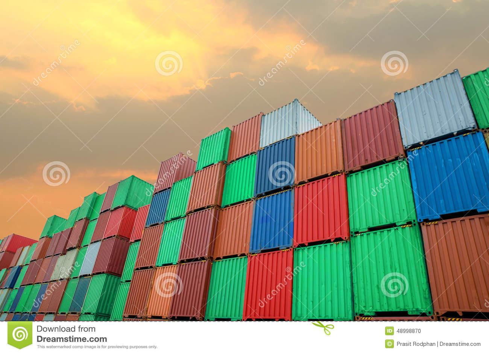 Stapel Ladung-Behälter an den Docks