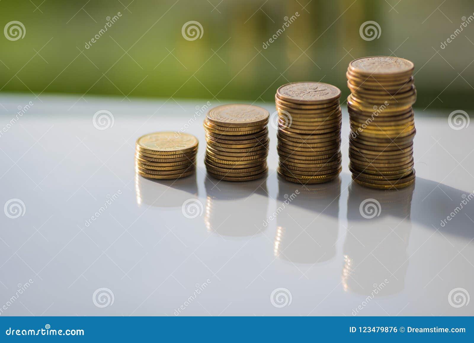Stapel muntstukken met bezinningen over de witte lijst