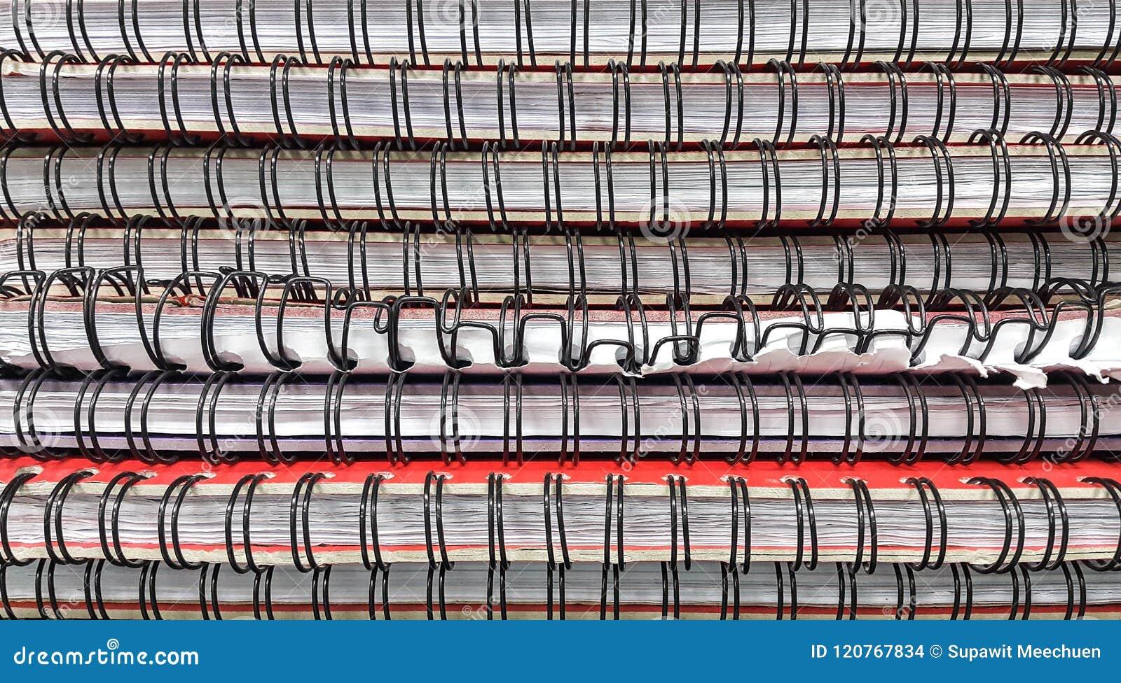 Stapel notitieboekjes op de lijst in bibliotheekruimte