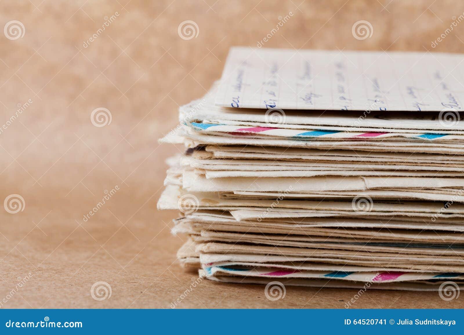 Stapel oude enveloppen en brieven op kraftpapier-document