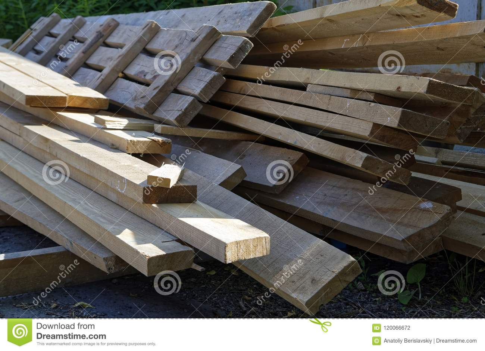 Stapel oude houten raad