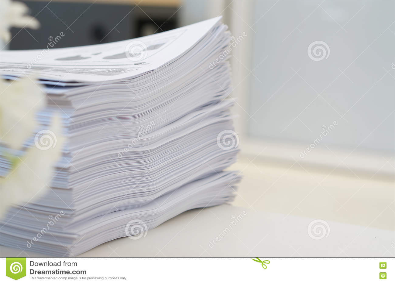 Stapel Papierarbeit im Büro
