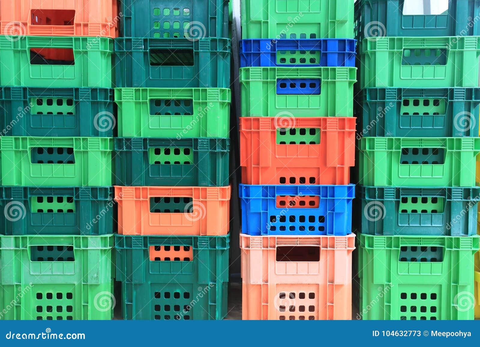 Download Stapel Plastic Container stock afbeelding. Afbeelding bestaande uit goederen - 104632773