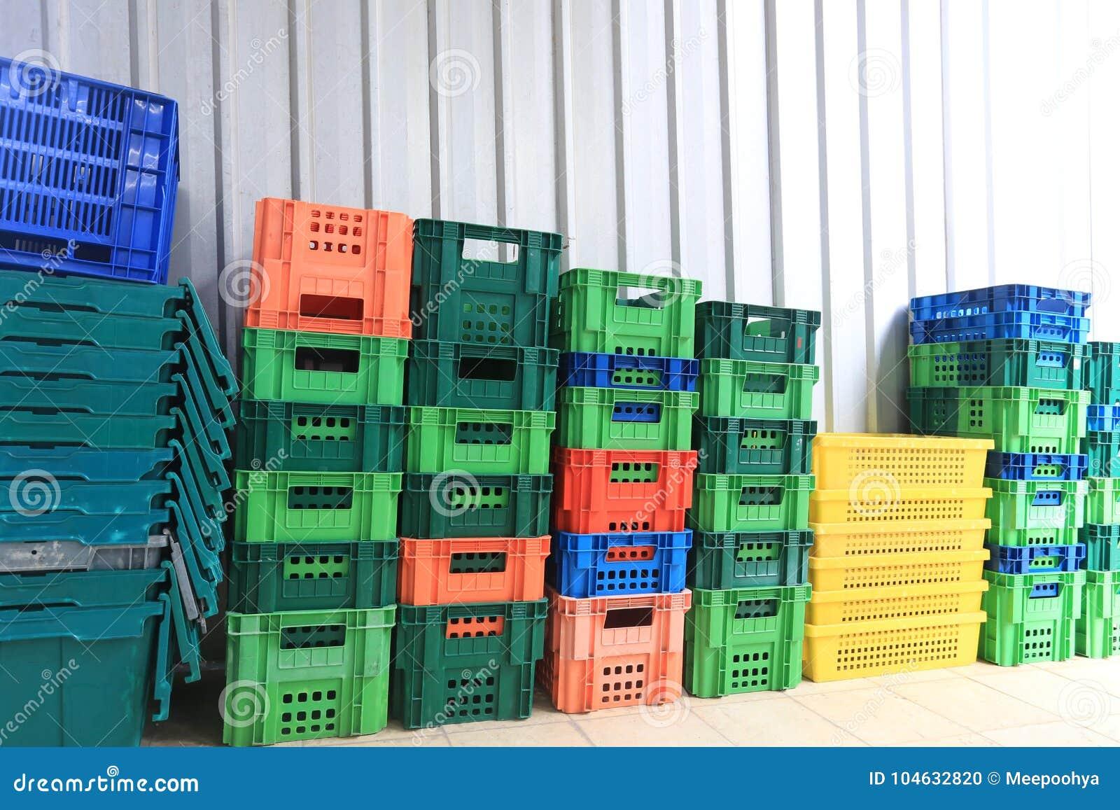 Download Stapel Plastic Container stock foto. Afbeelding bestaande uit containers - 104632820