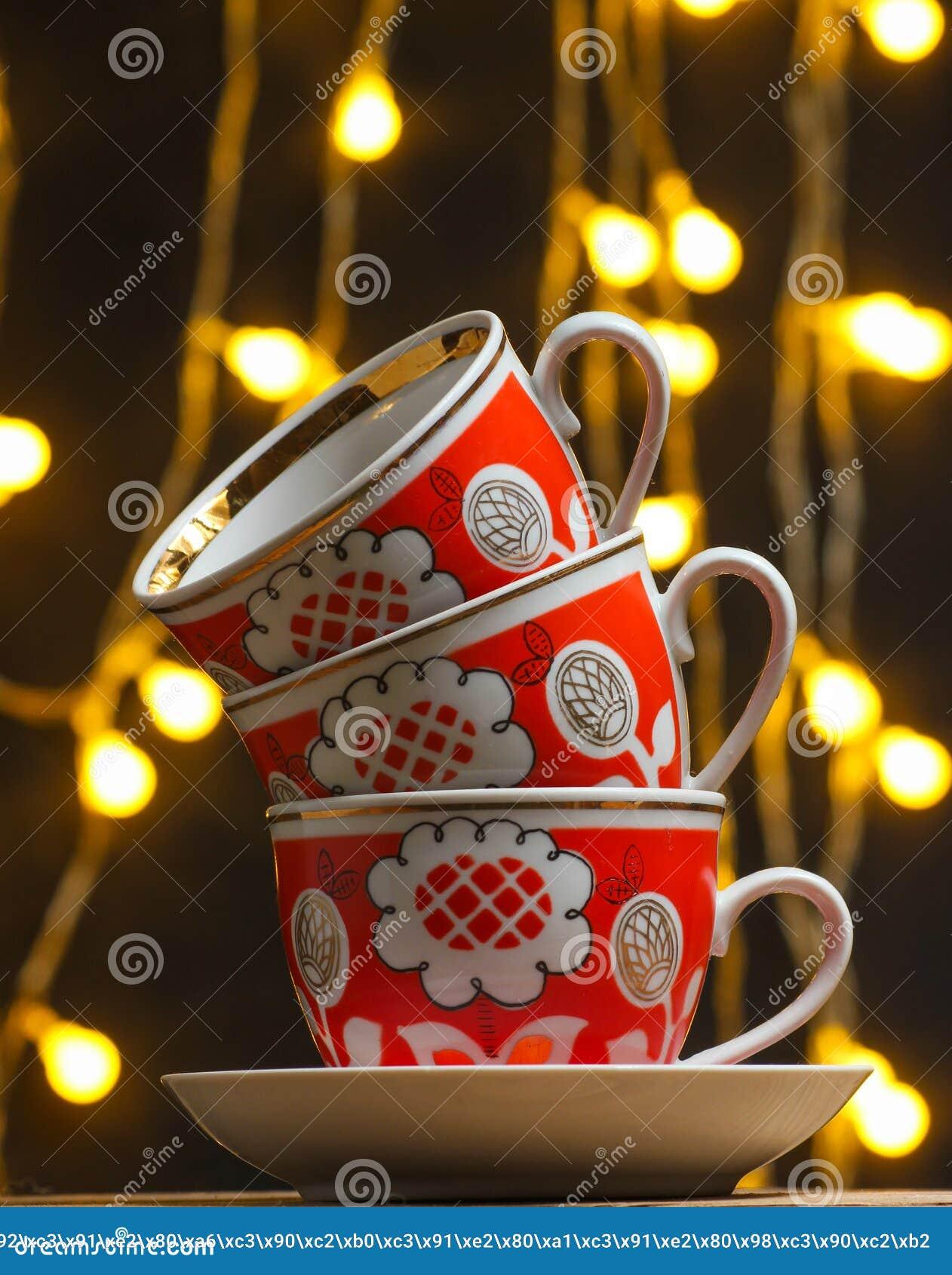 Stapel retro ceramische koppen