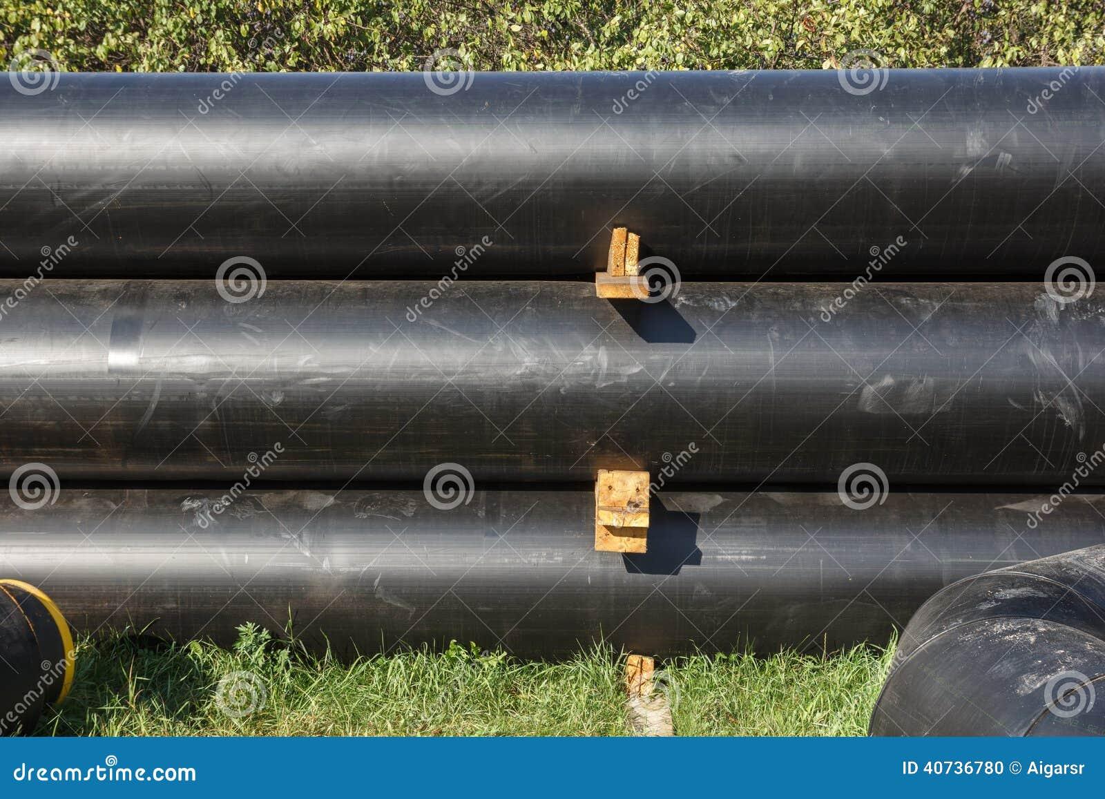 Schwarz auf schwarzen Rohren