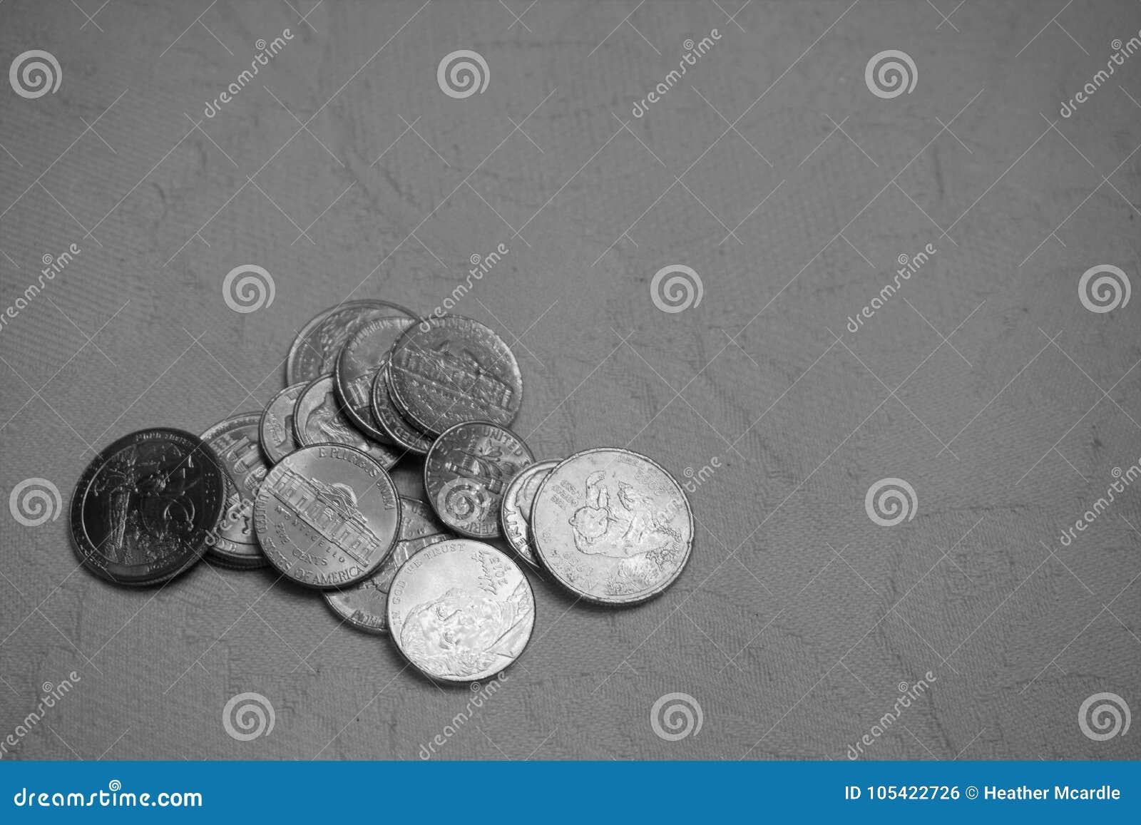 Stapel van Amerikaanse muntstukken op damasttafelkleed