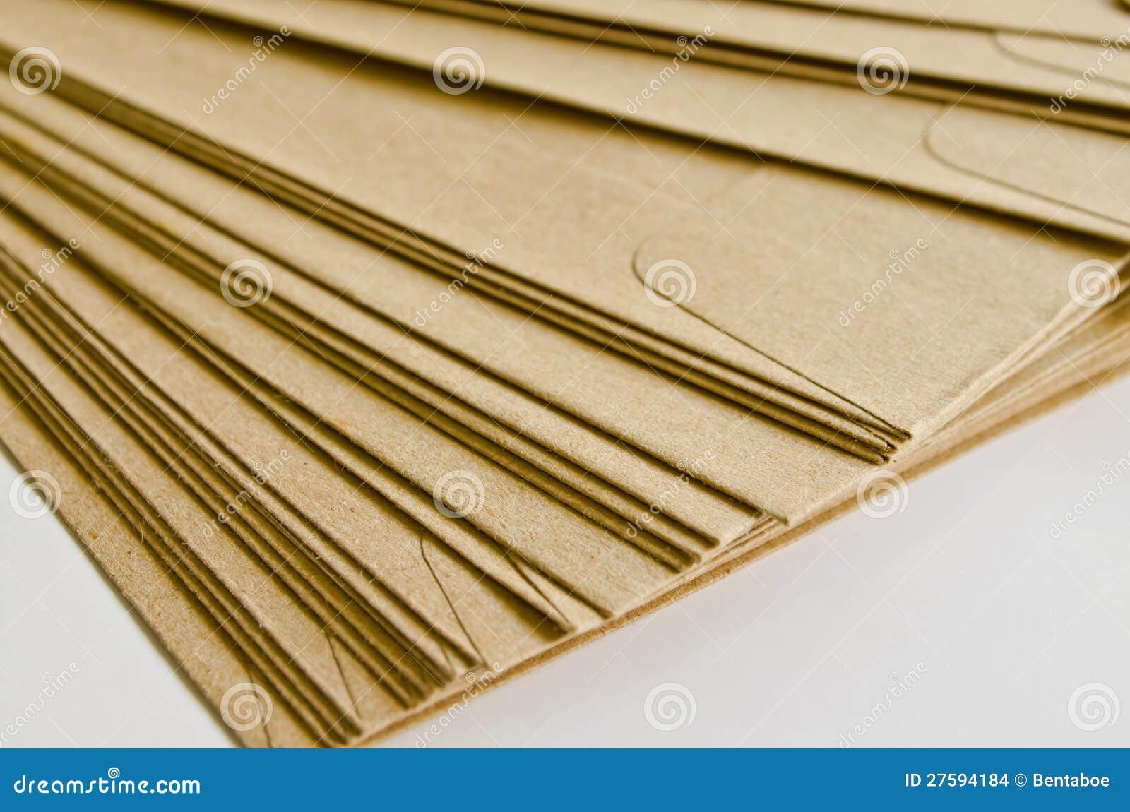 Stapel van bruine enveloppen