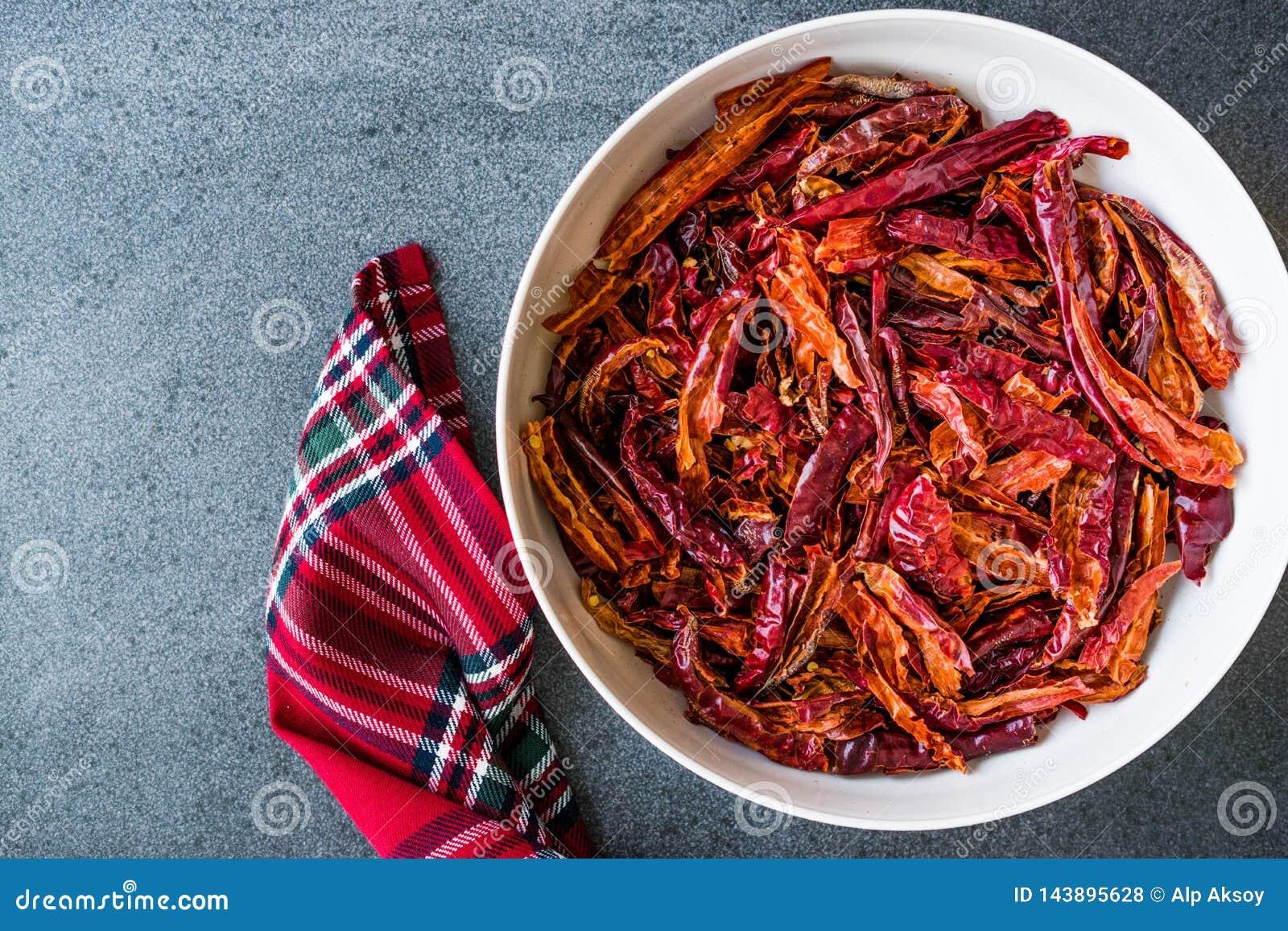 Stapel van Droge Rode Spaanse peper of Spaanse peperscayennepeper in Kom