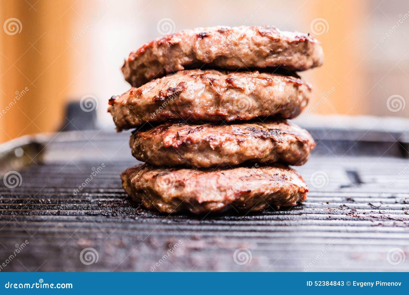 Stapel van geroosterde rundergehaktpasteitjes op BBQ