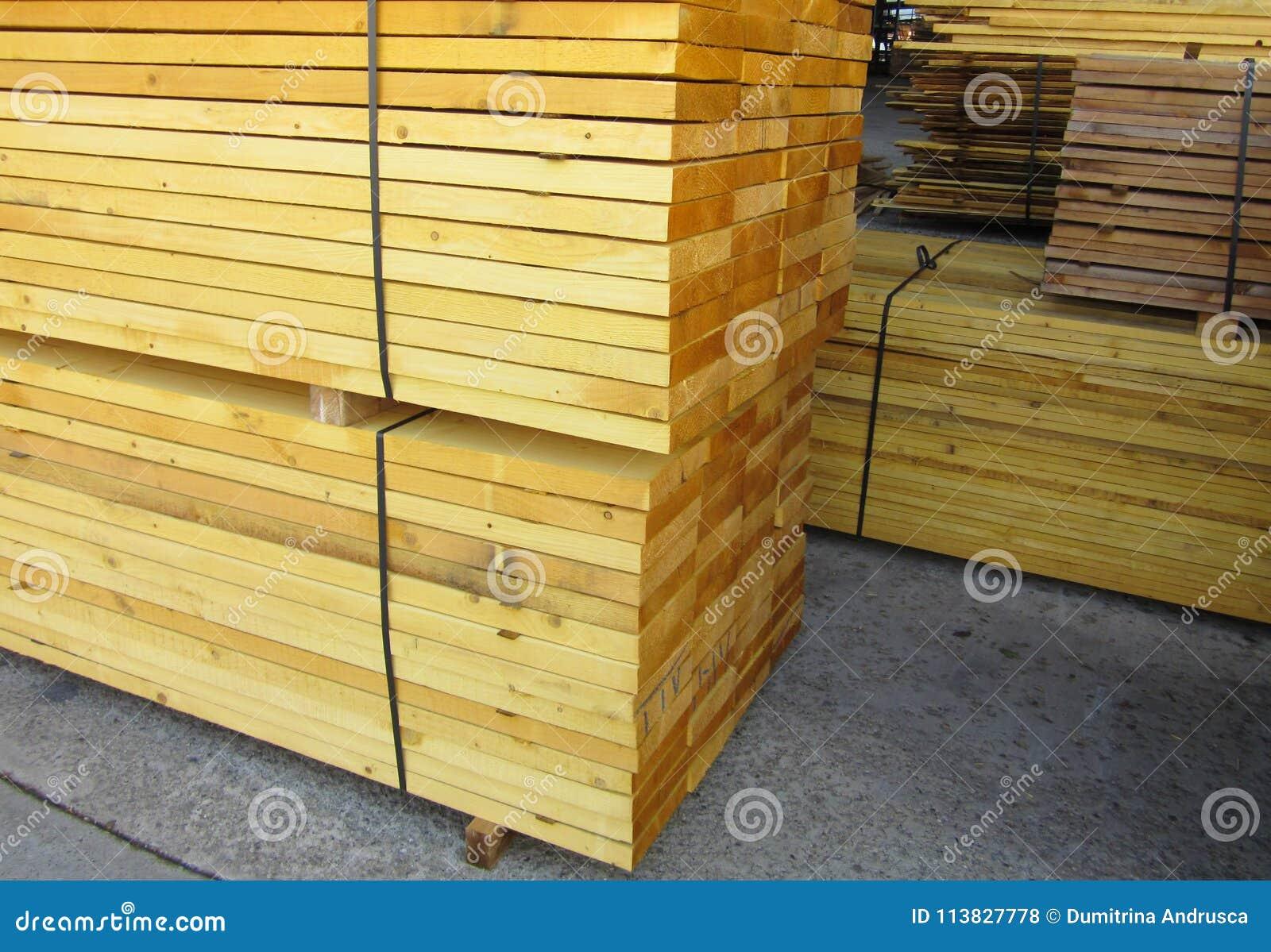Stapel van gezaagd hout