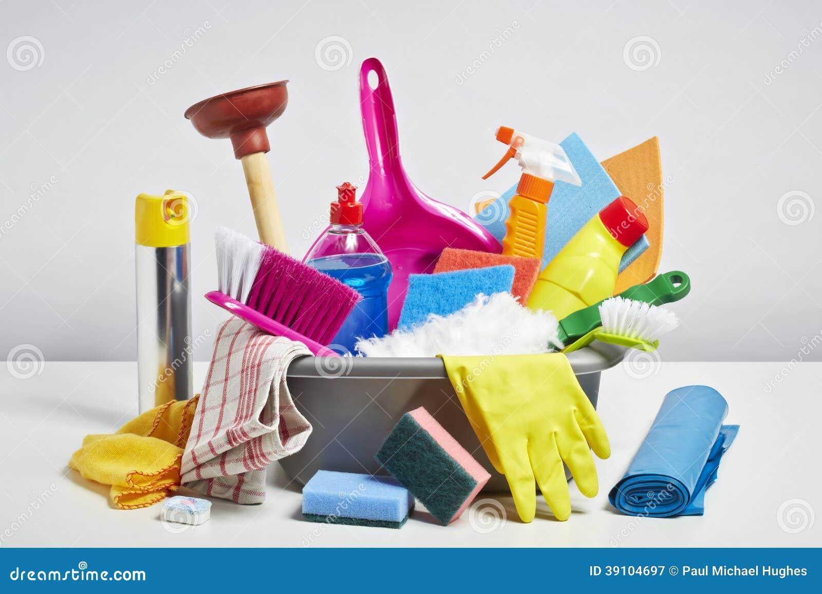 Stapel van huis de schoonmakende producten op witte achtergrond