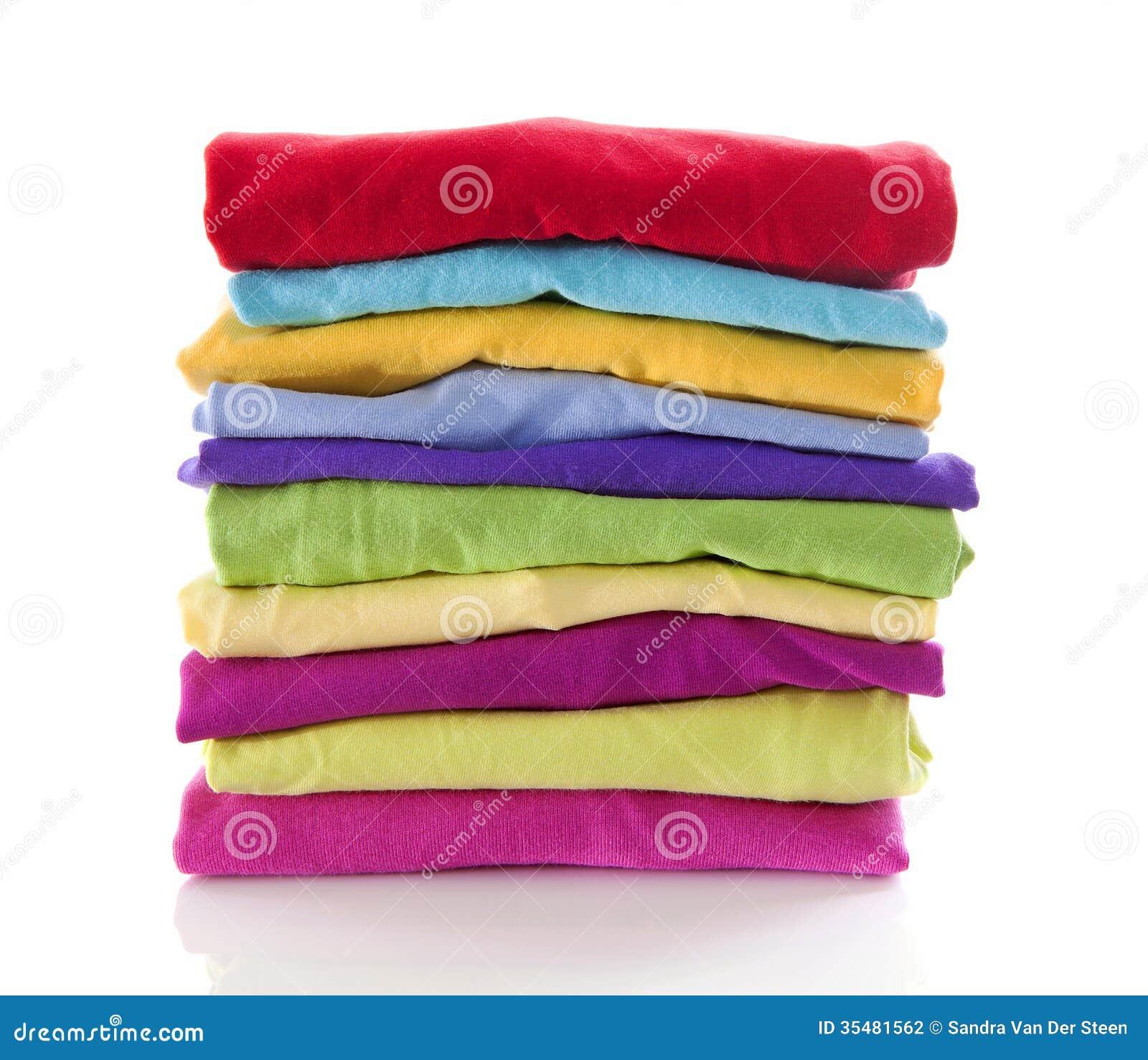 Stapel van kleurrijke kleren over witte achtergrond