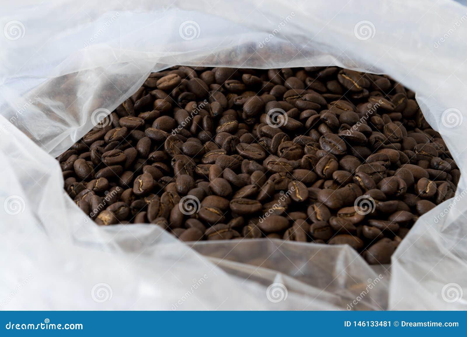 Stapel van koffiebonen in de zak