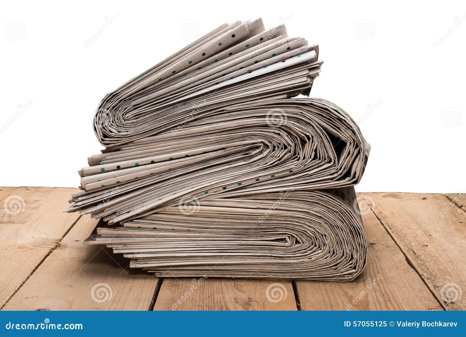 Stapel van kranten op een houten lijst