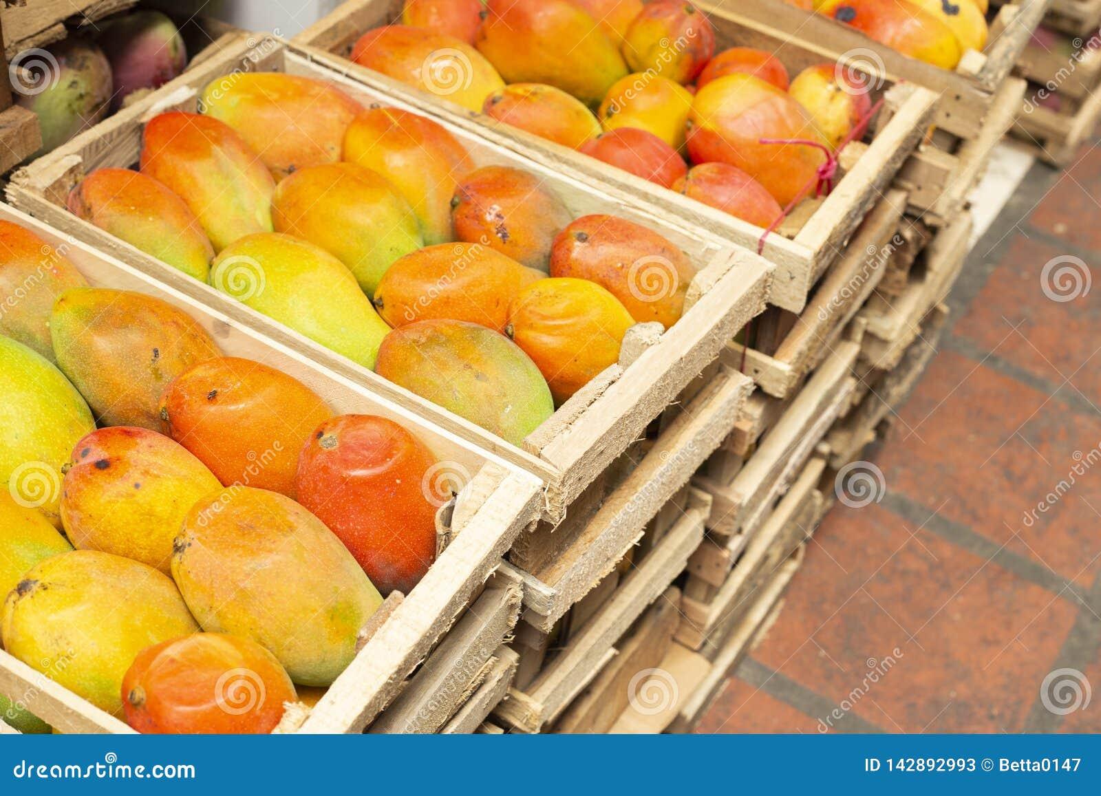Stapel van mango s in de Columbiaanse markt