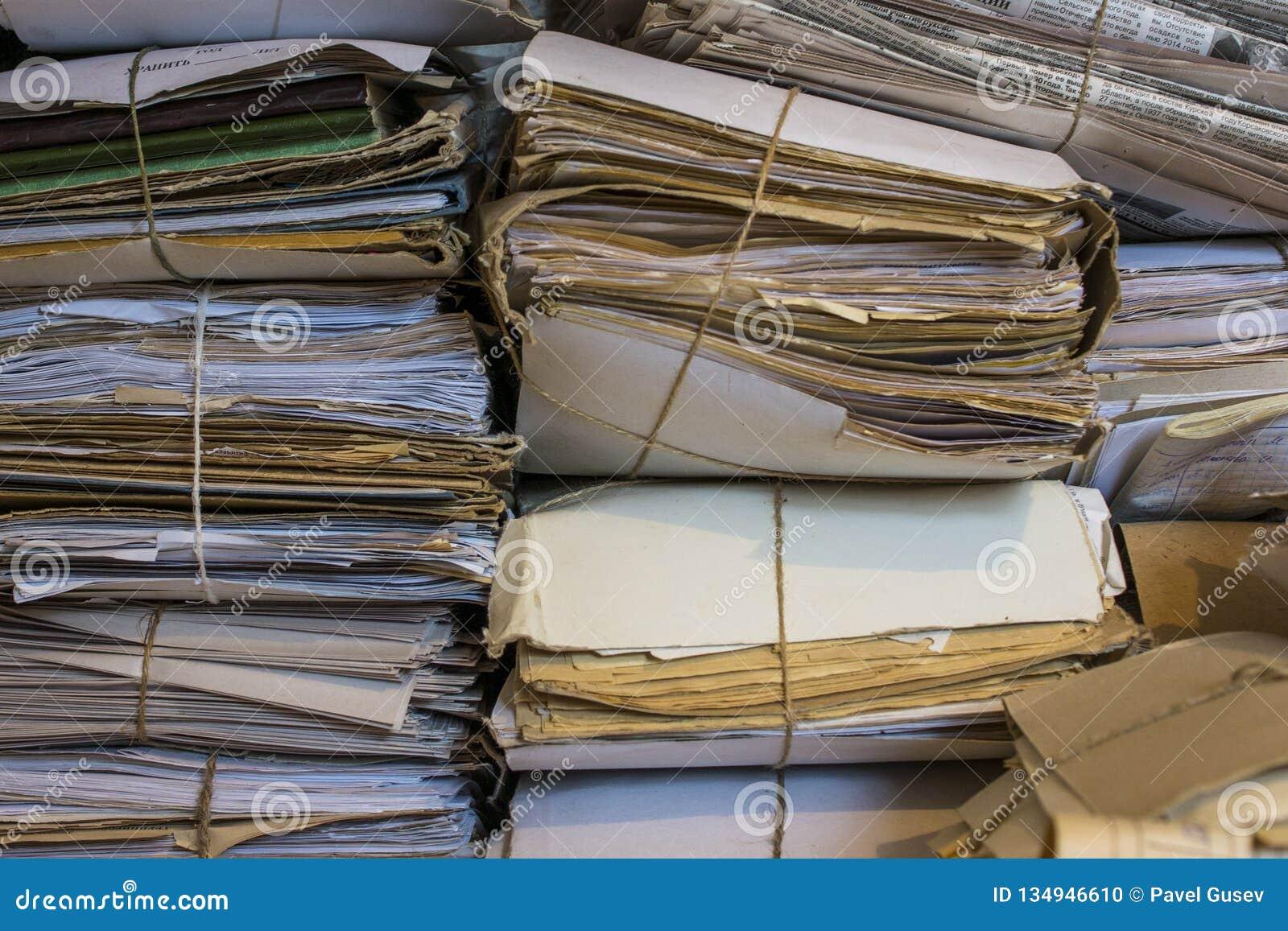 Stapel van oude documenten en kranten in het archief