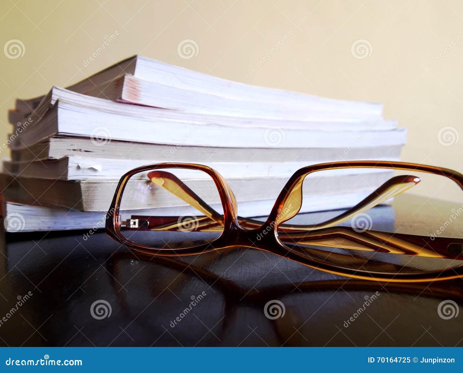 Stapel von Büchern und ein Paar Brillen