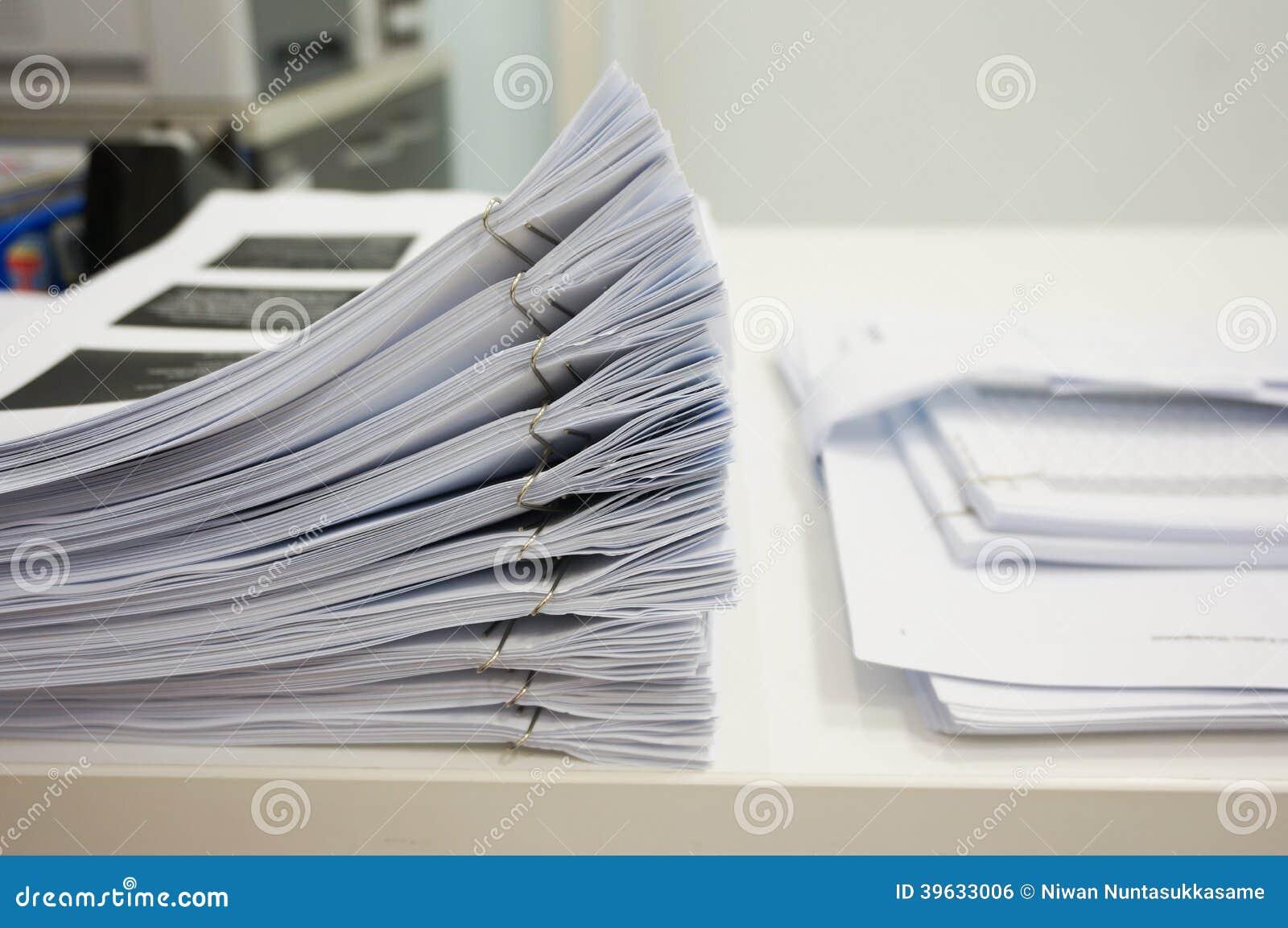 Stapel von Papieren auf dem Schreibtisch
