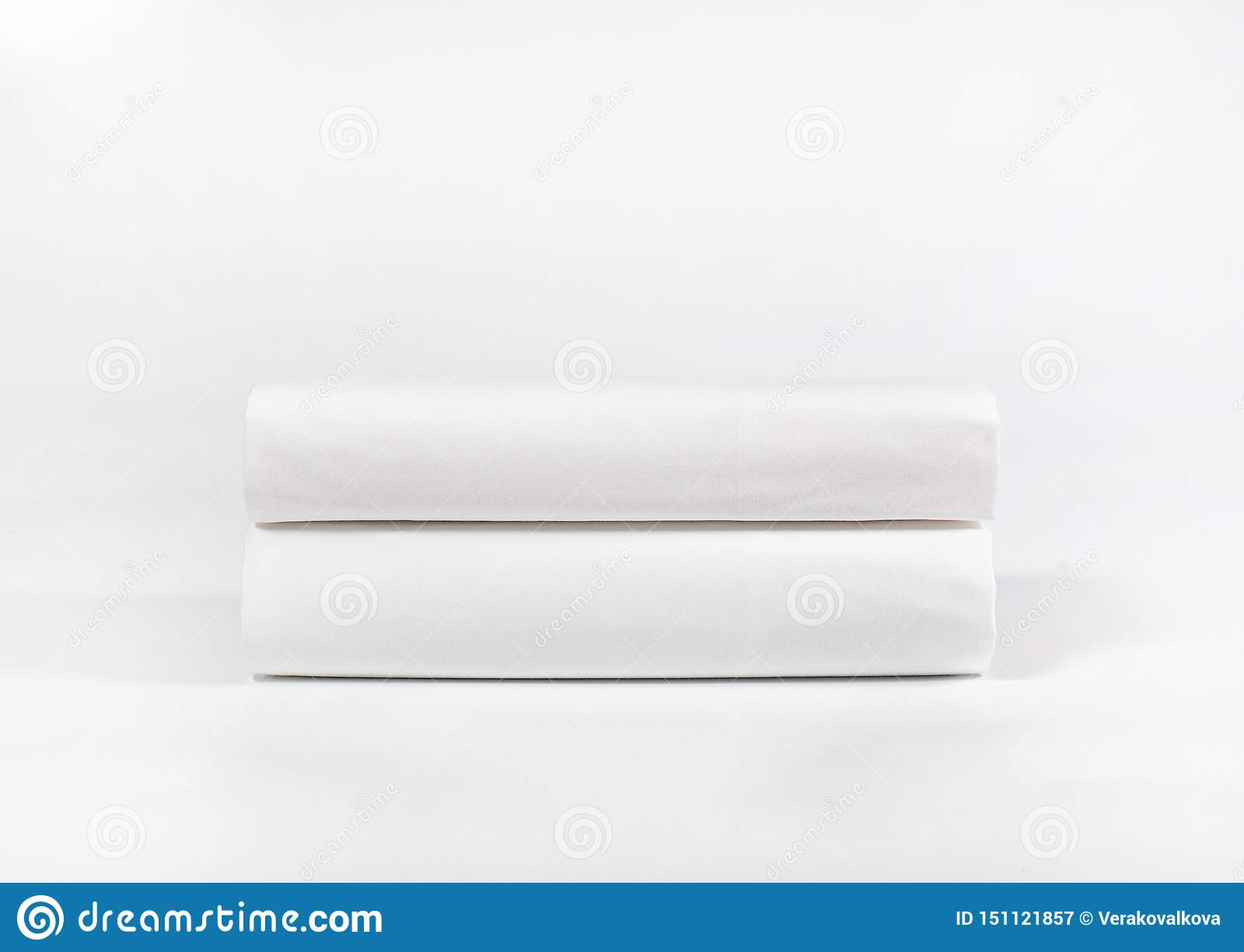 Stapel witte handdoeken of kuuroordbladen tegen witte achtergrond