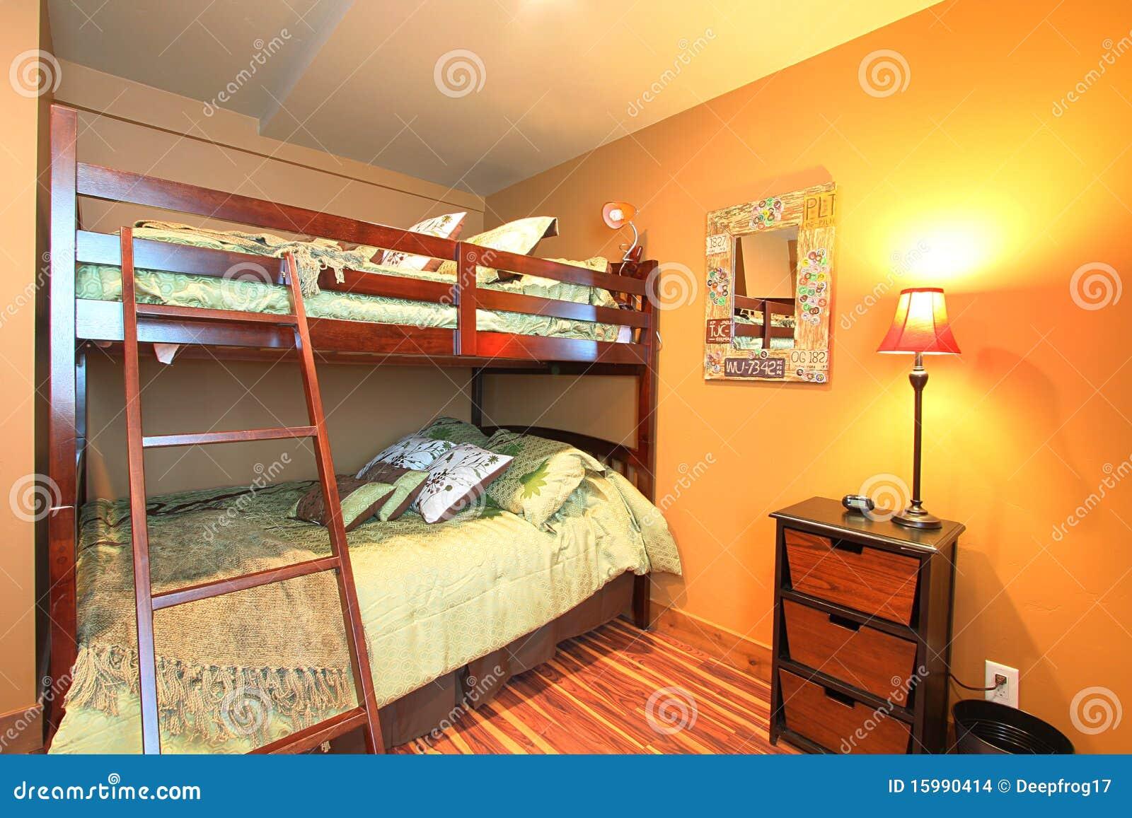 Moderne slaapkamer met houten lamp stock foto's– 447 moderne ...