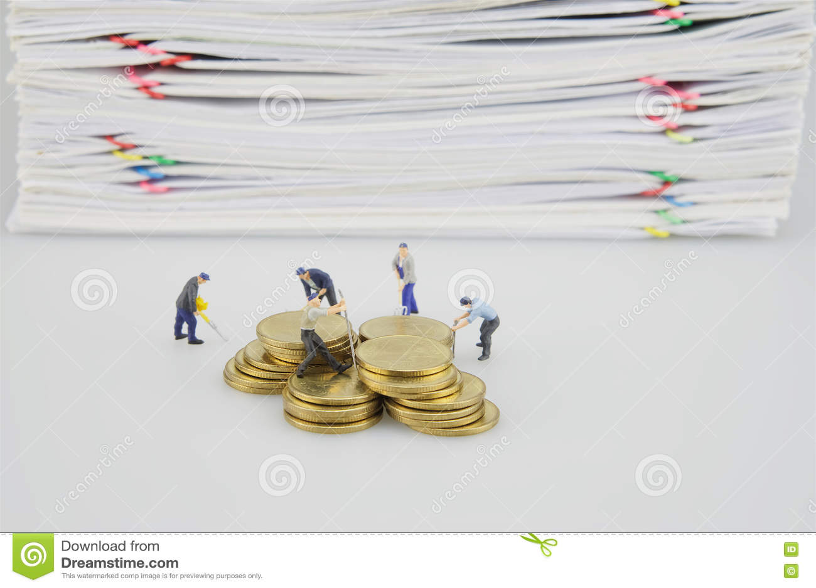Stapeldocument en gouden muntstukken met miniatuurmensen