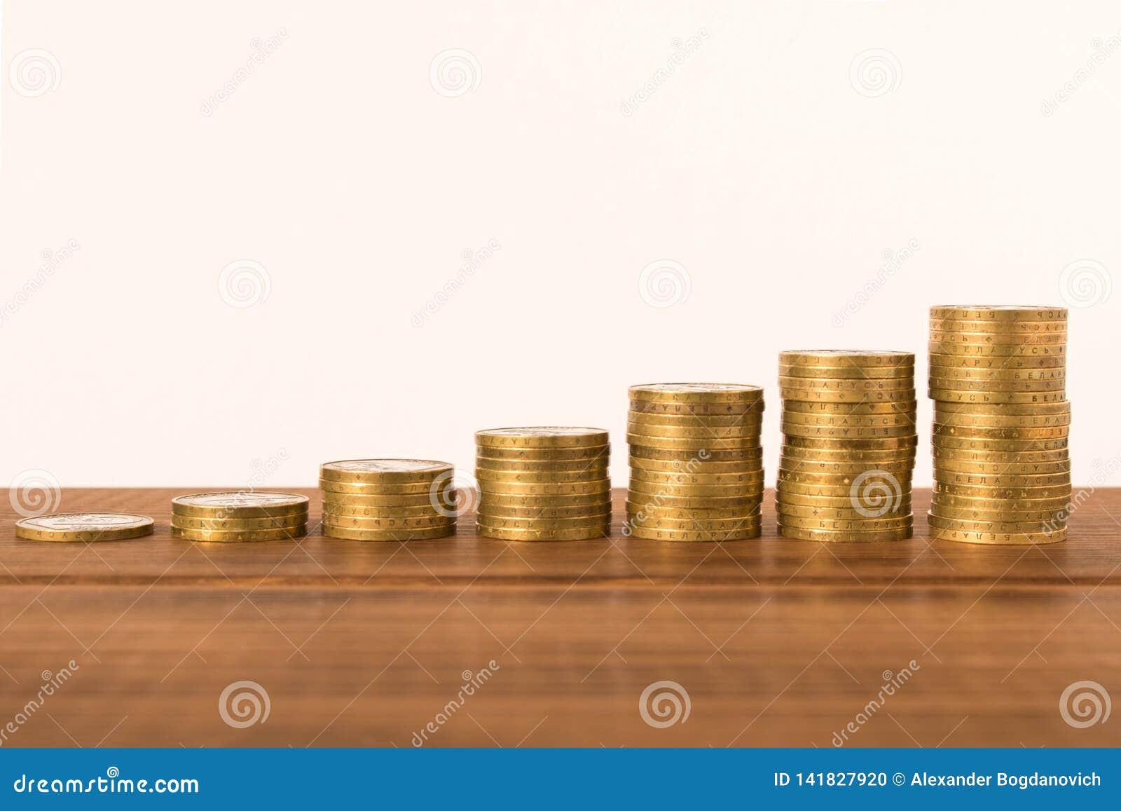 Stapels muntstukken op een houten lijst Bedrijfsconcept en de groei van kapitaal Selectieve nadruk