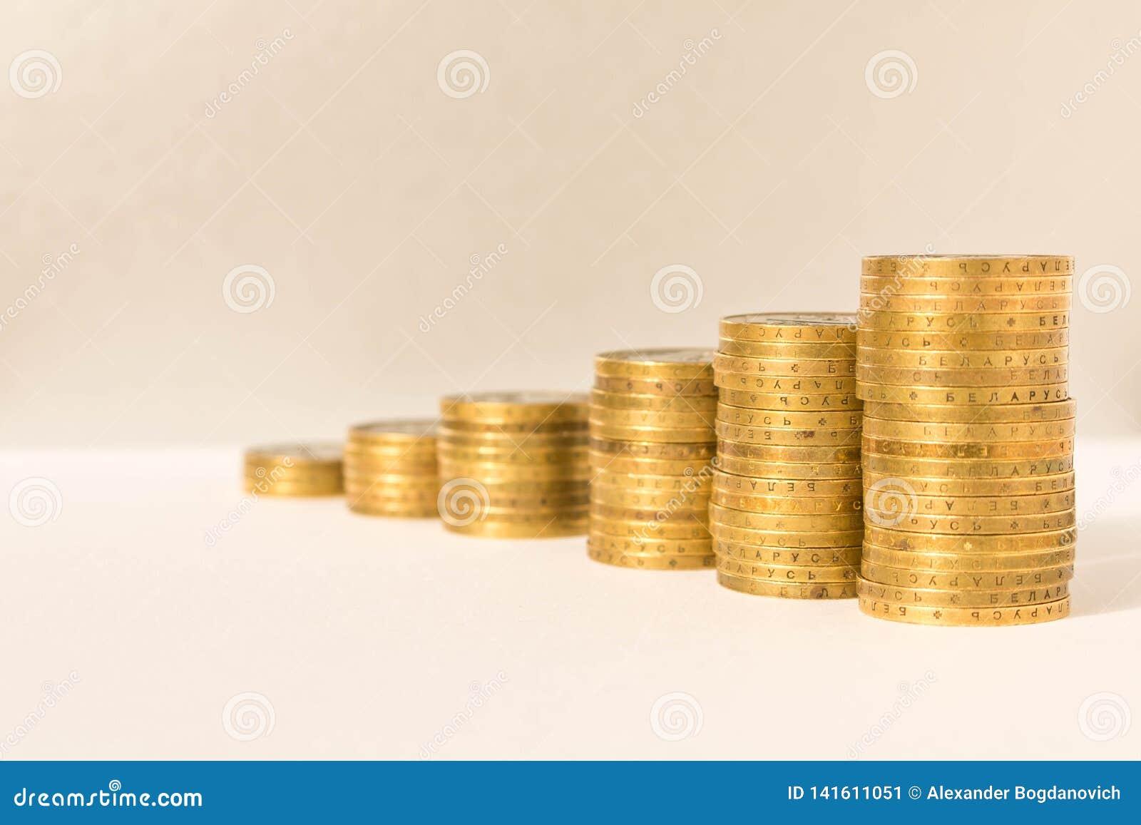 Stapels muntstukken op een lichte achtergrond Bedrijfsconcept en de groei van kapitaal