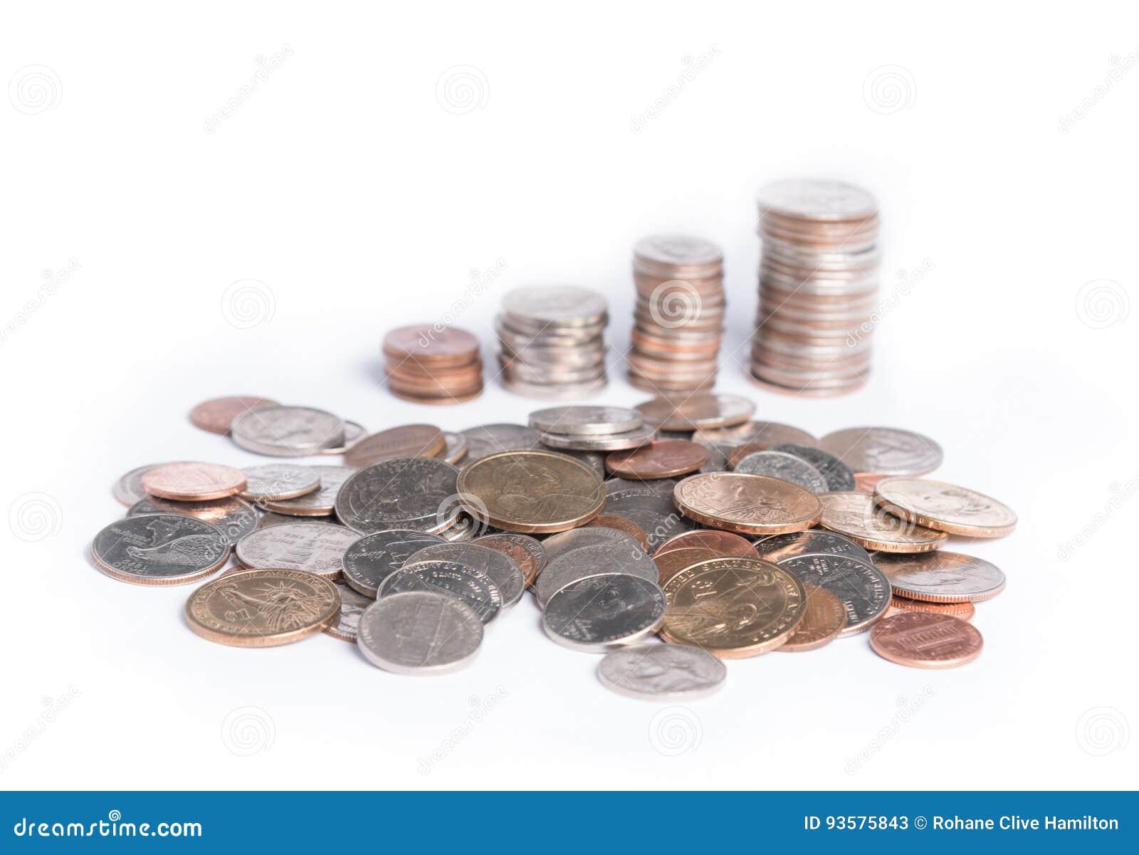 Stapels muntstukken op een witte achtergrond