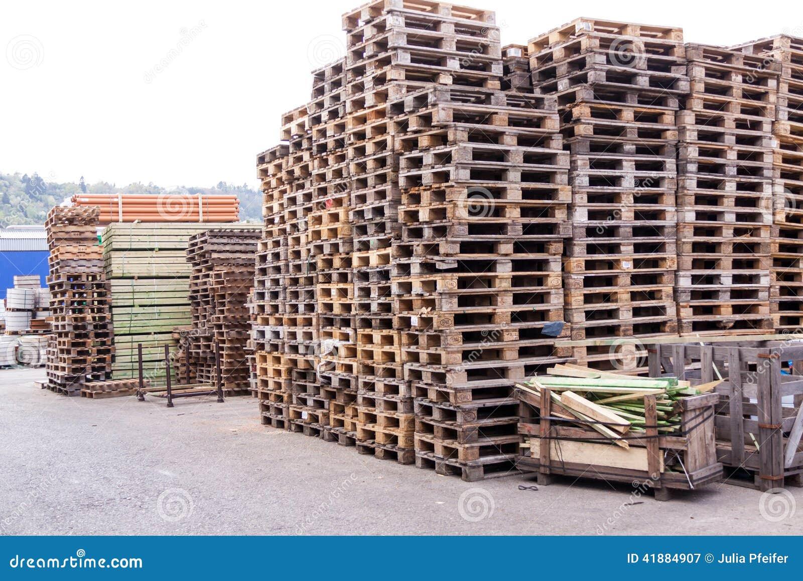 Stapels oude houten pallets in een werf stock foto afbeelding 41884907 - Foto houten pallet ...