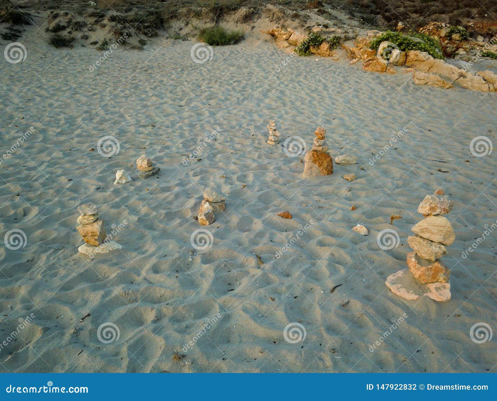 Stapels stenen op het strandzand